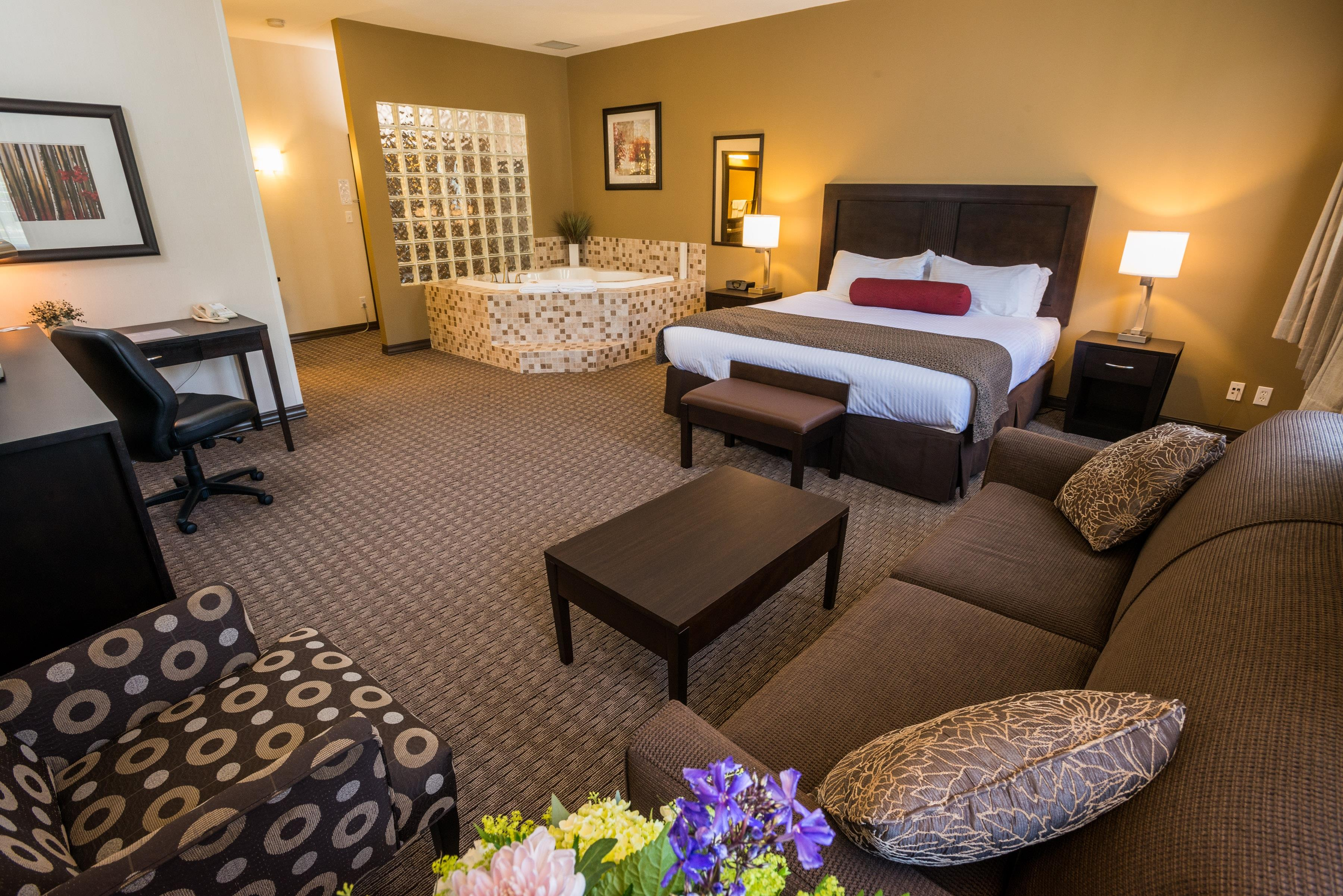 Best Western Plus Baker Street Inn & Convention Centre in Nelson: King Guest Room Jetted Tub