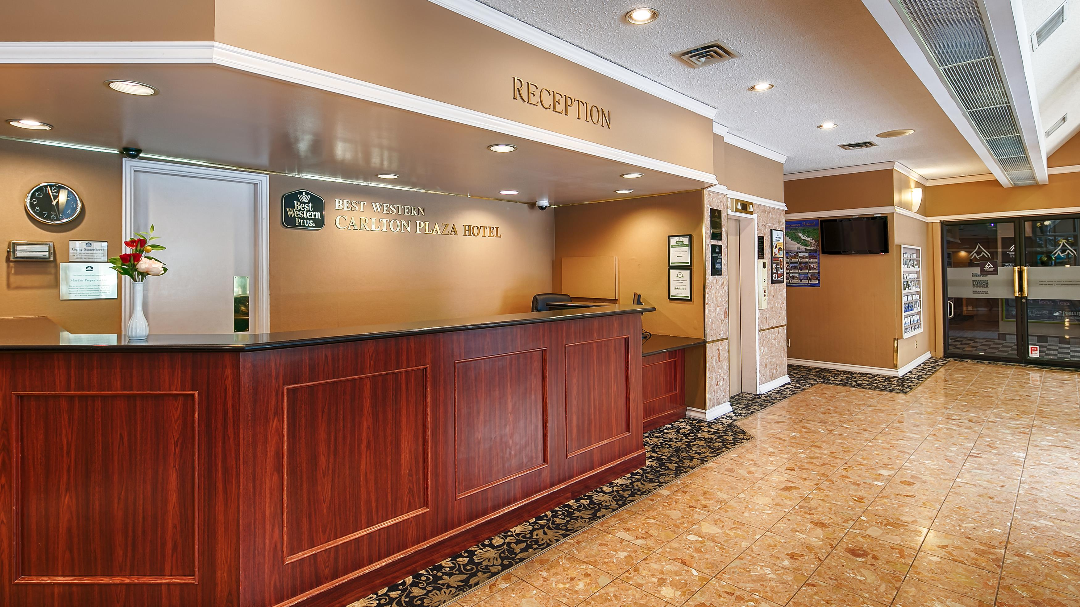 Best Western Plus Carlton Plaza Hotel in Victoria: Front Desk