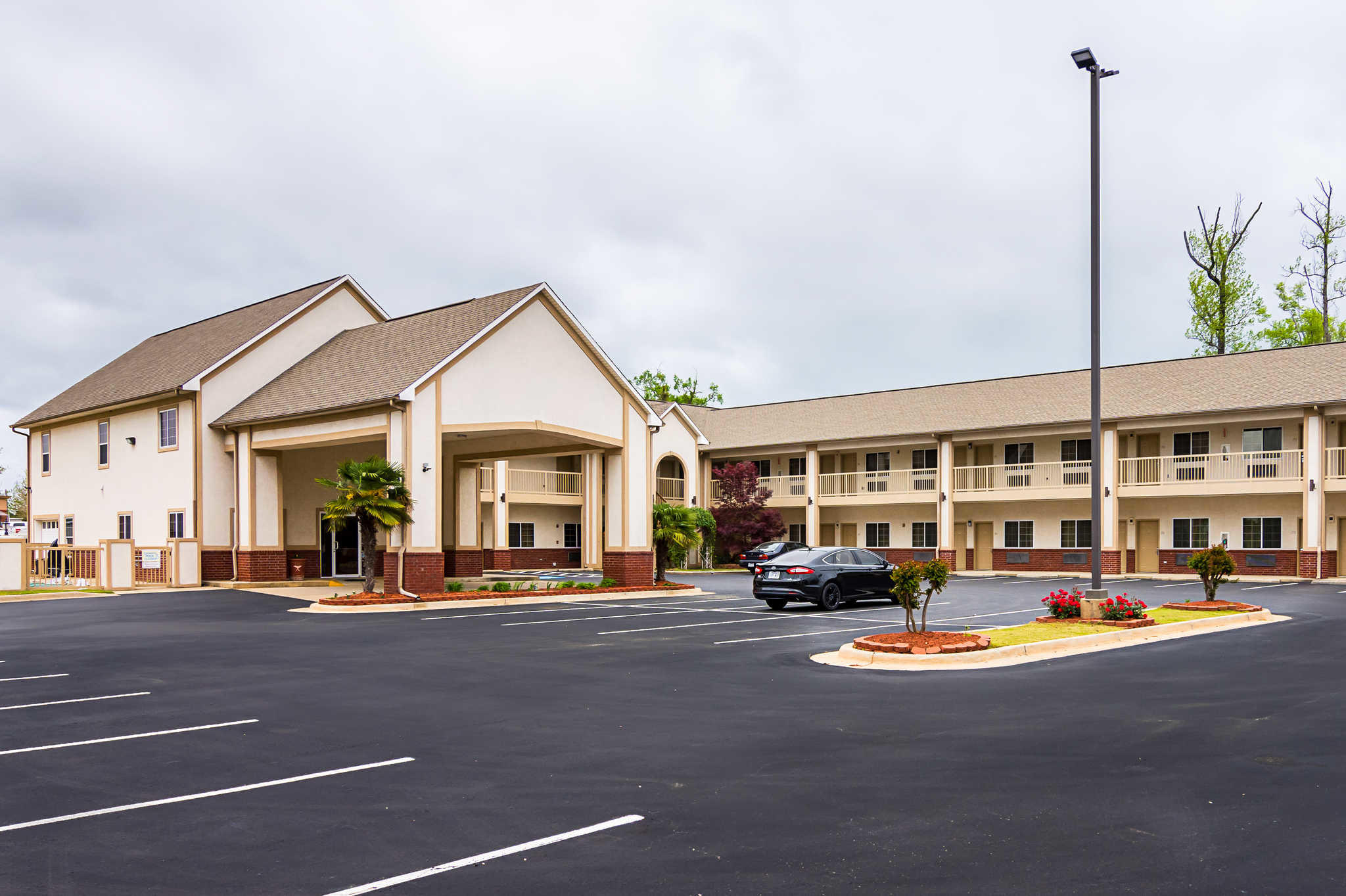 Econo Lodge Inn & Suites image 3