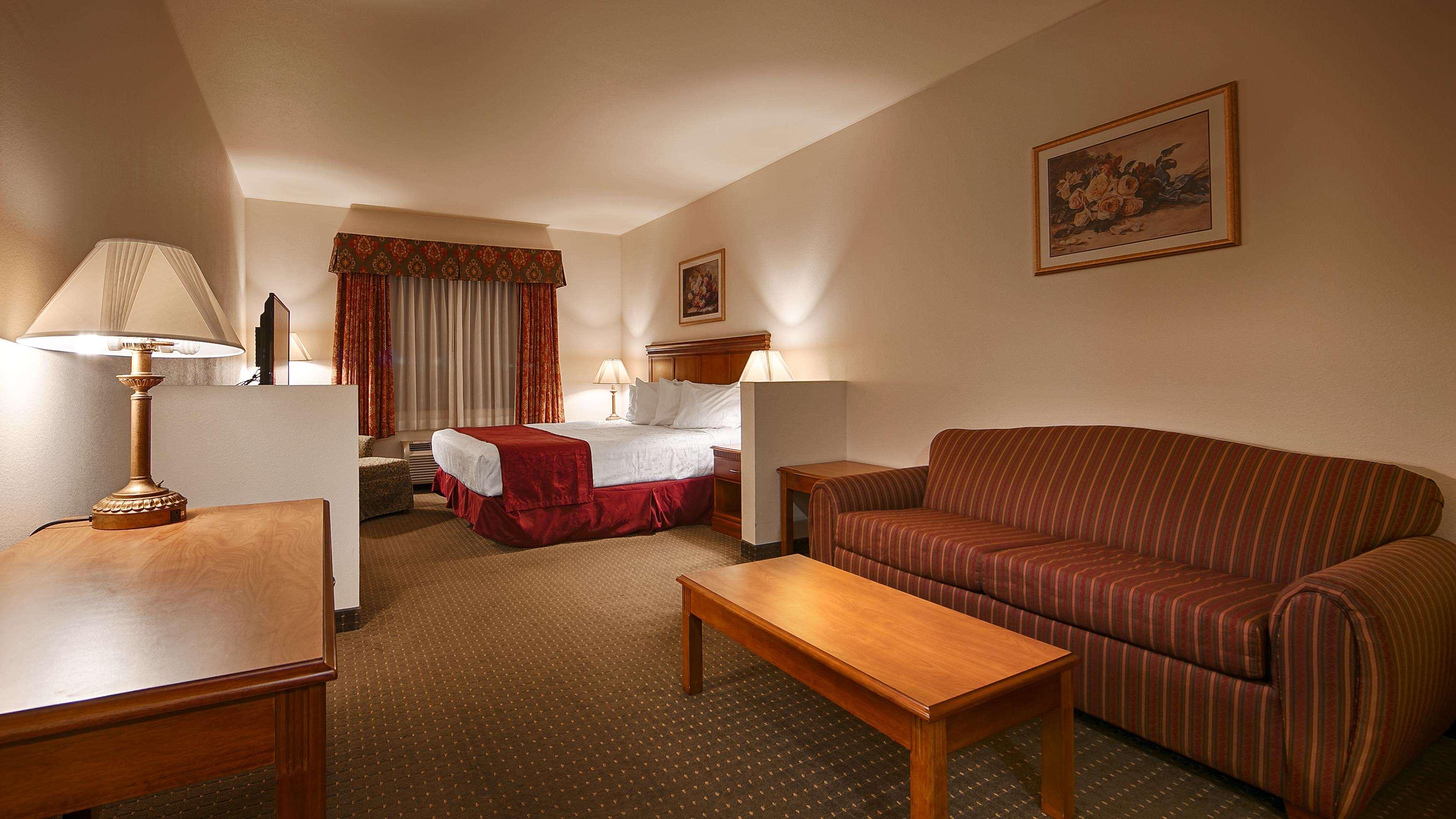 Best Western Plus Lake Elsinore Inn & Suites image 4