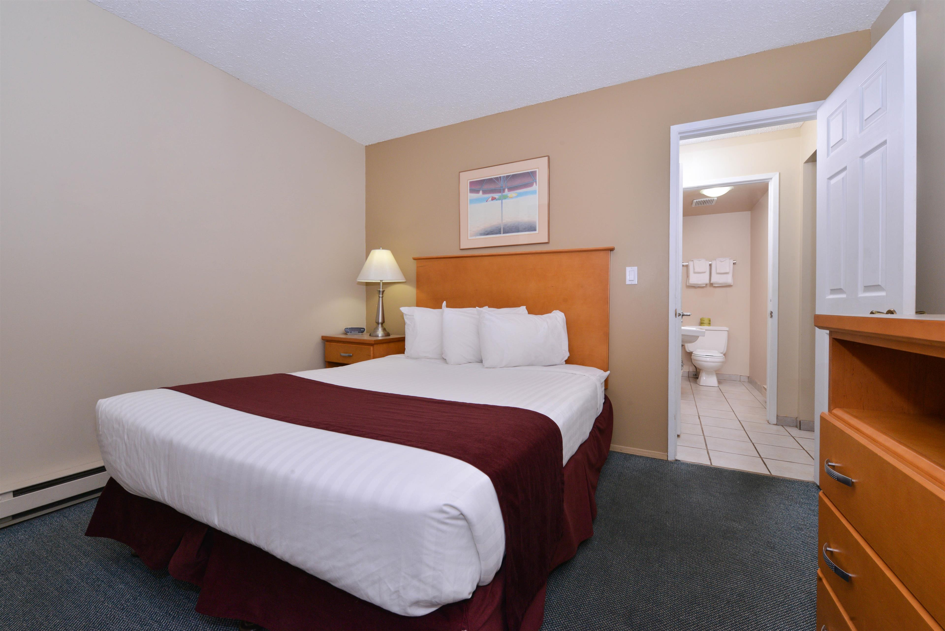Canadas Best Value Inn & Suites Vernon in Vernon: One Queen Two Twin Beds Suite