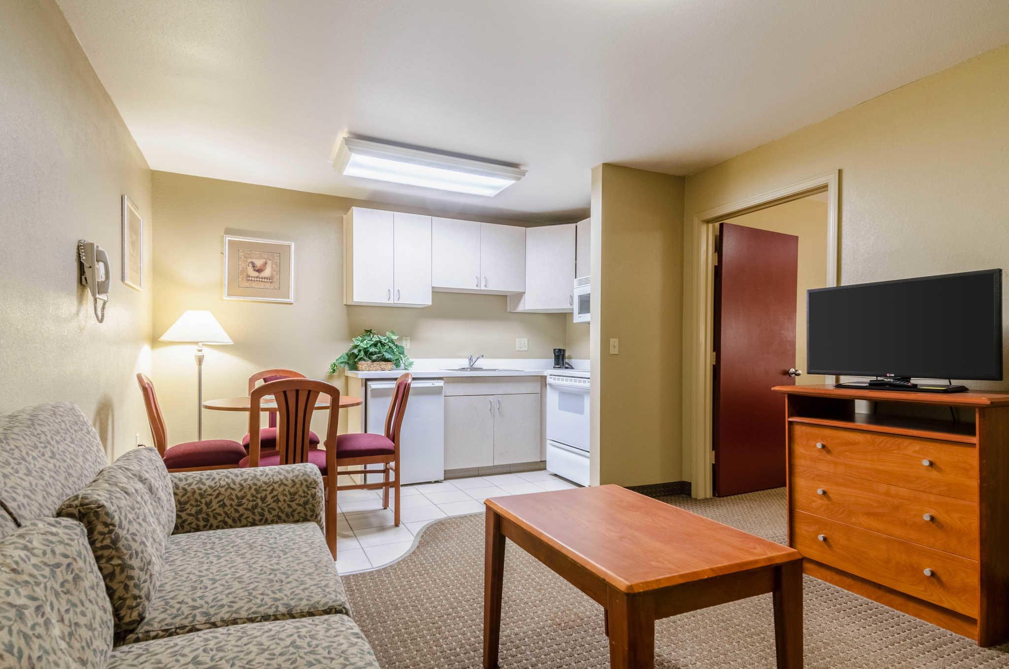 Econo Lodge  Inn & Suites I-35 at Shawnee Mission image 18