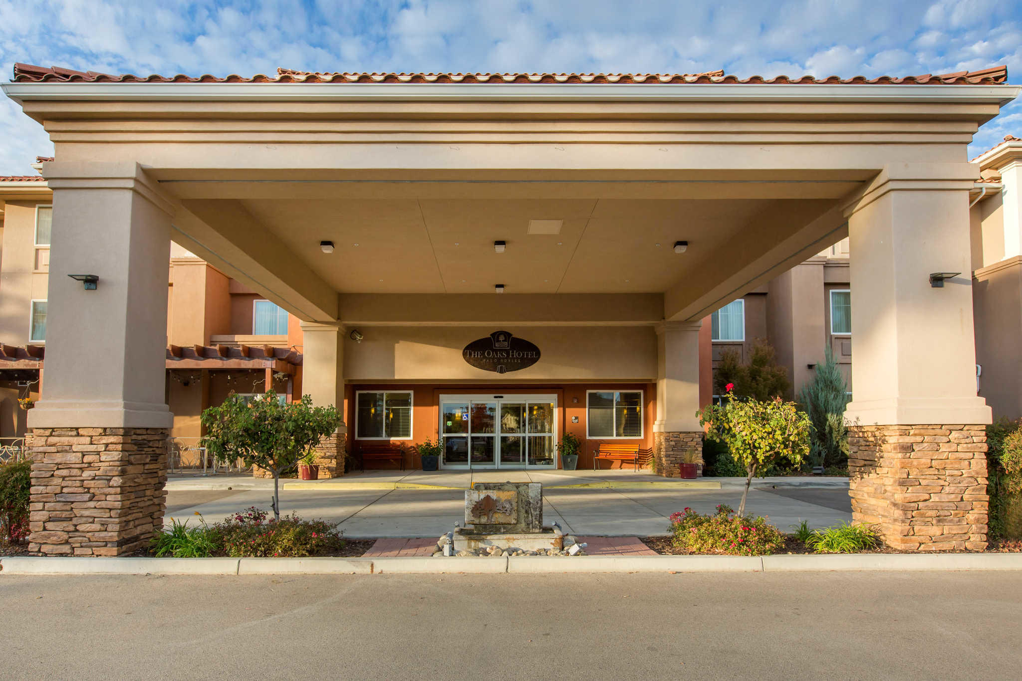The Oaks Hotel & Suites, an Ascend Hotel Collection Member image 1