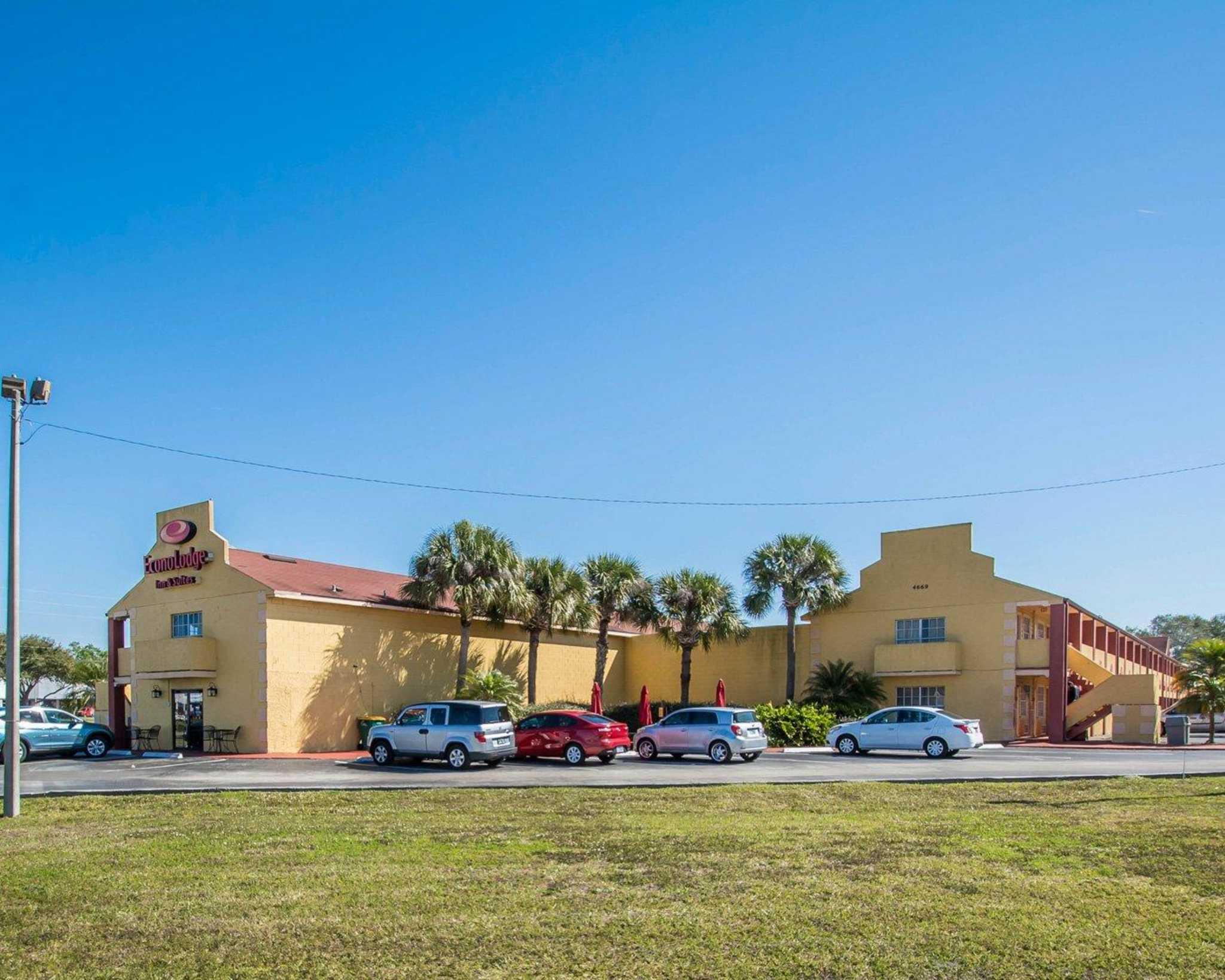 Econo Lodge  Inn & Suites Maingate Central image 3
