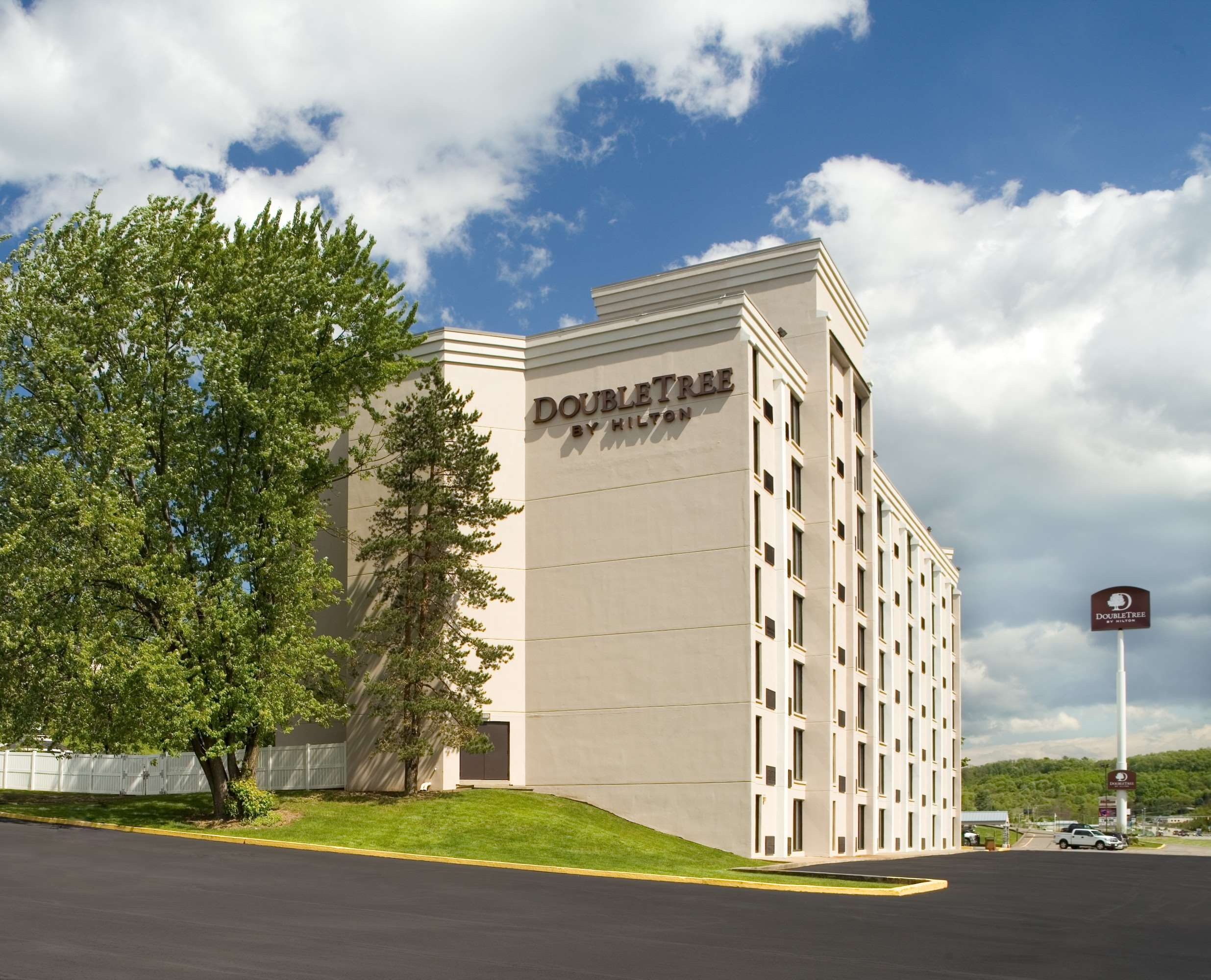 DoubleTree by Hilton Hotel Pittsburgh - Meadow Lands image 1