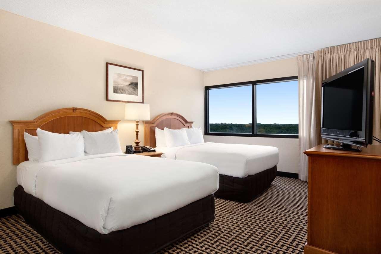 Hilton Chicago/Oak Brook Suites image 17