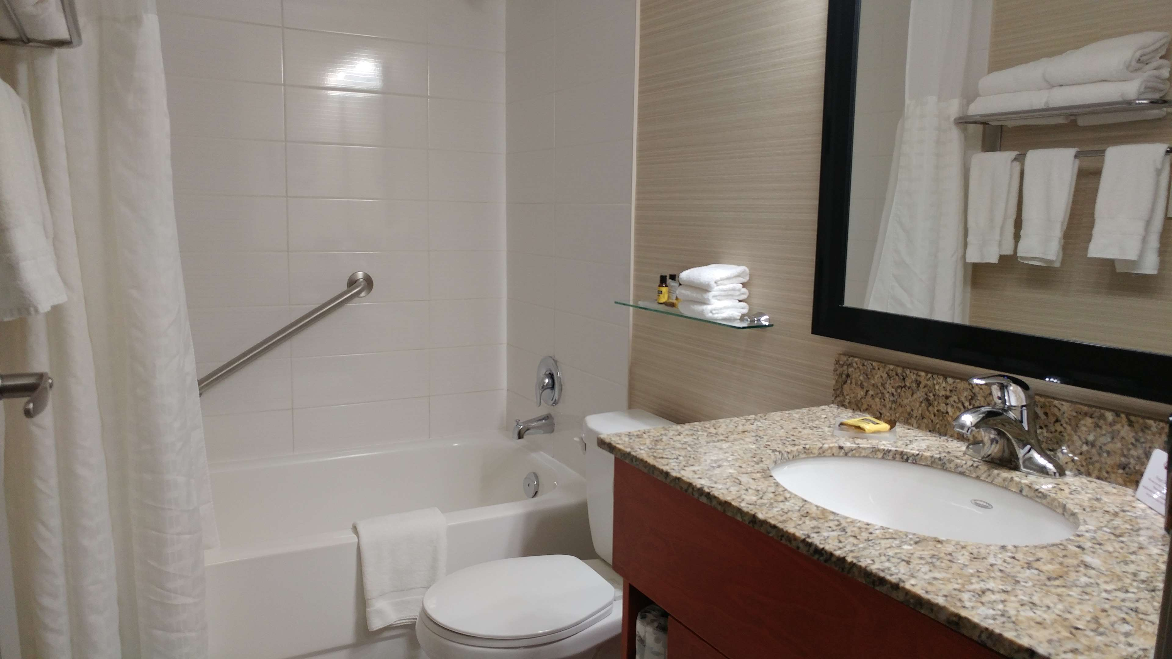 Best Western Plus Rose City Suites in Welland: Guest Bathroom