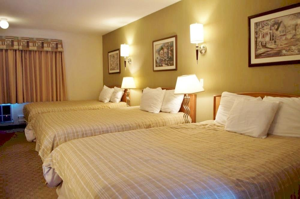 Canadas Best Value Inn in Kamloops: Three Queen Beds Kitchenette