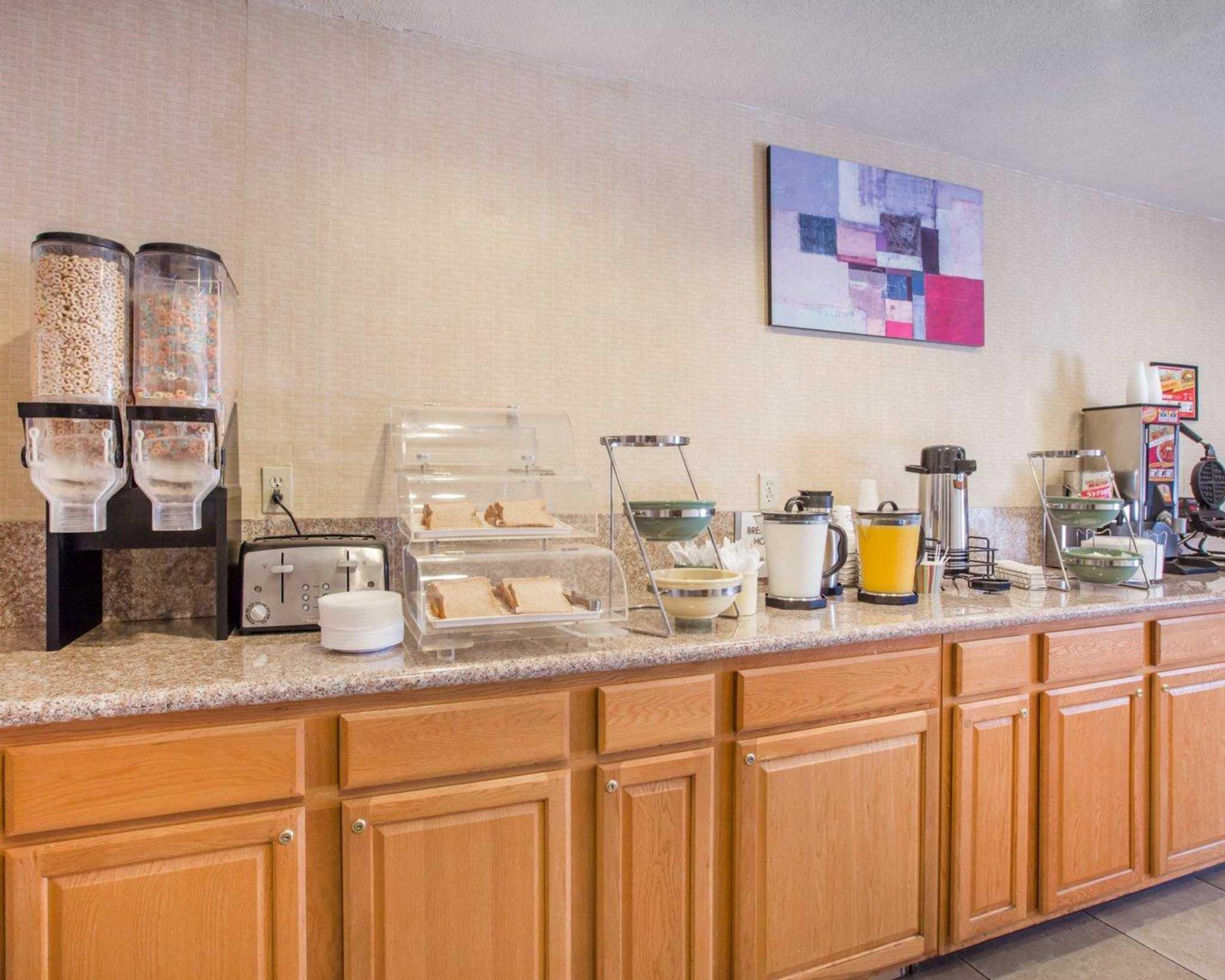 Econo Lodge Inn & Suites Lodi image 10