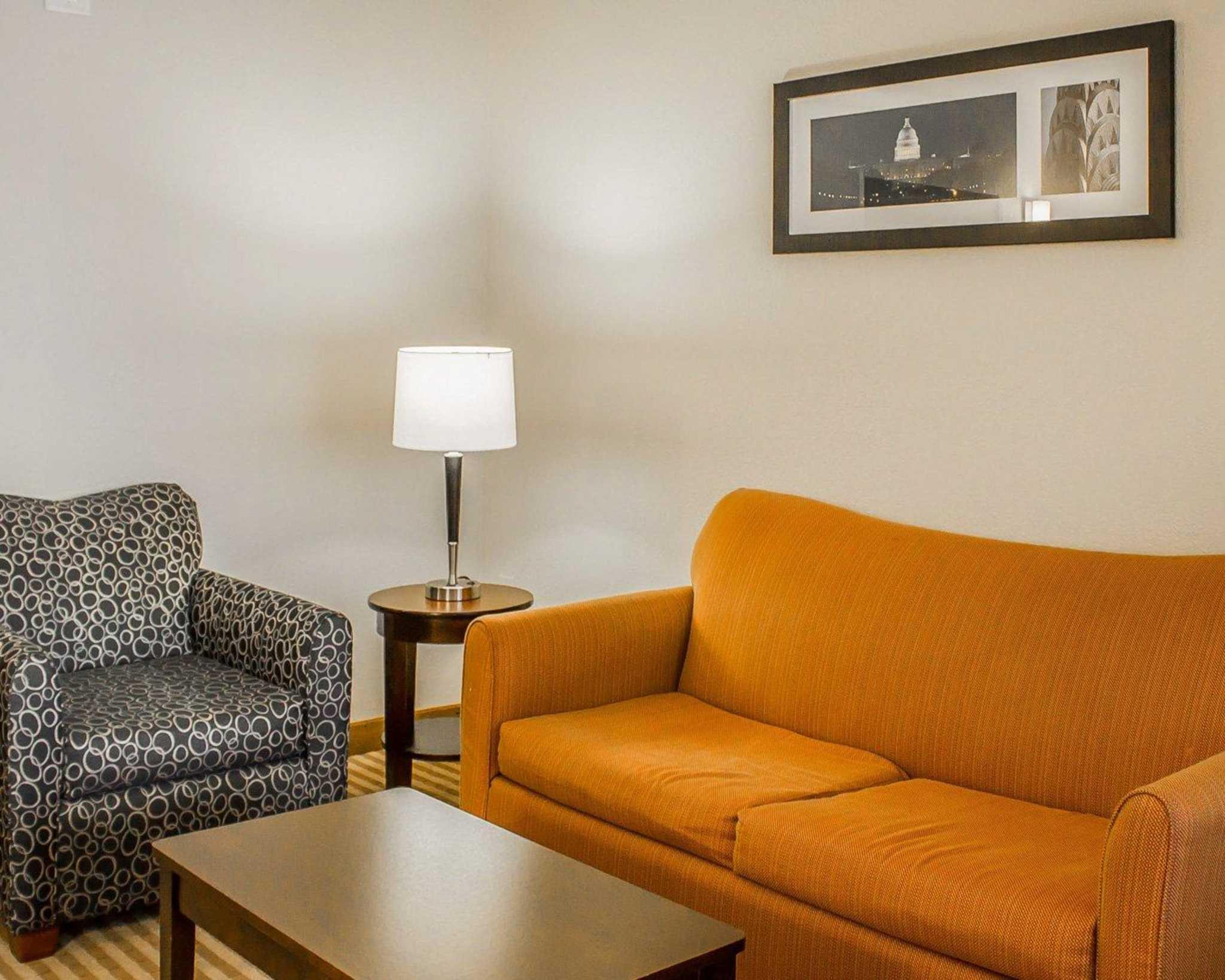 Comfort Suites East Broad at 270 image 9