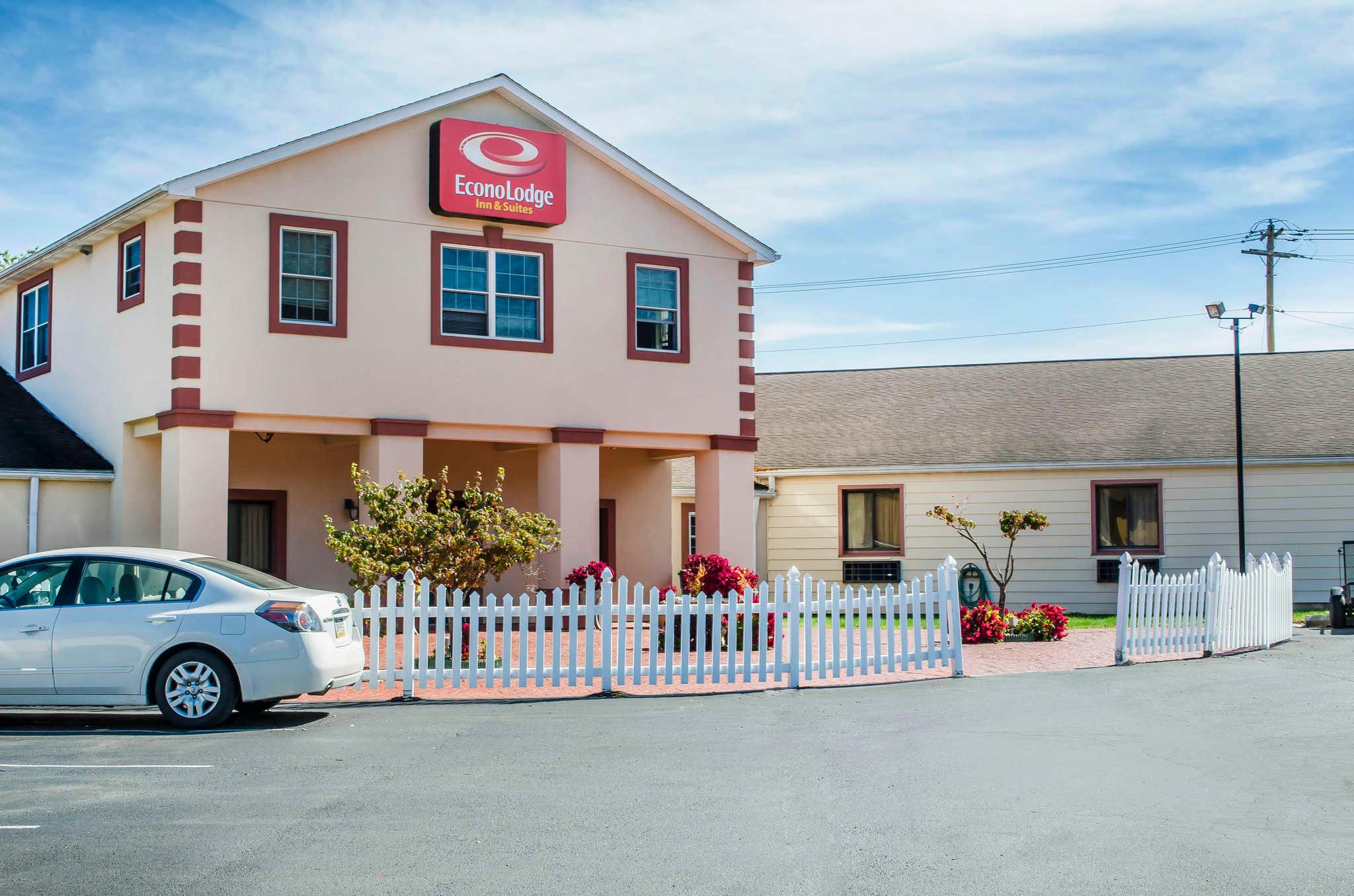 Econo Lodge Inn & Suites image 1