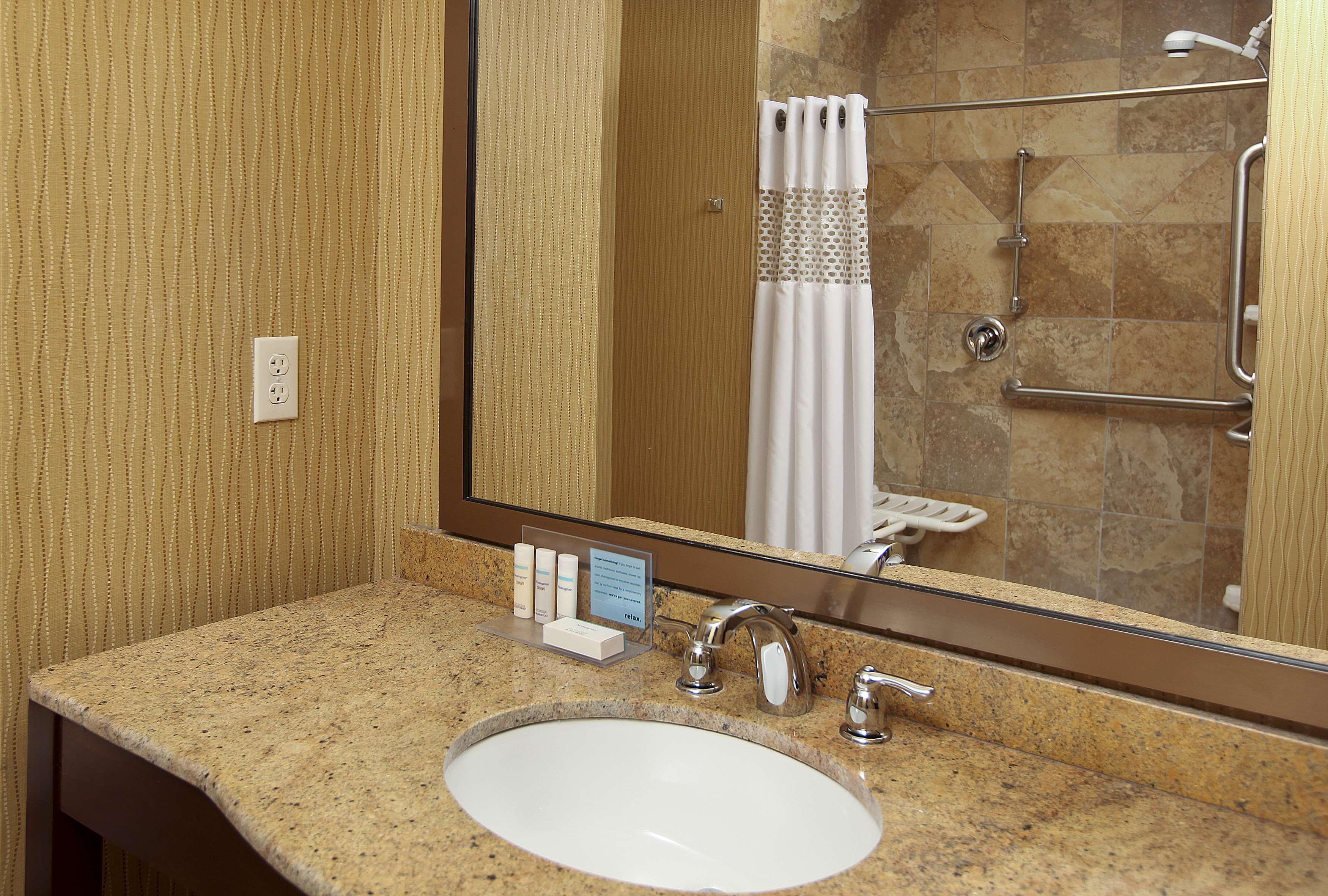 Hampton Inn & Suites Fargo image 12