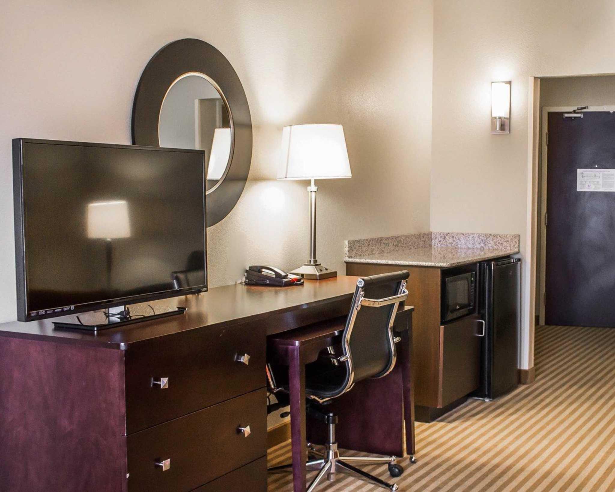 Comfort Suites East Broad at 270 image 24