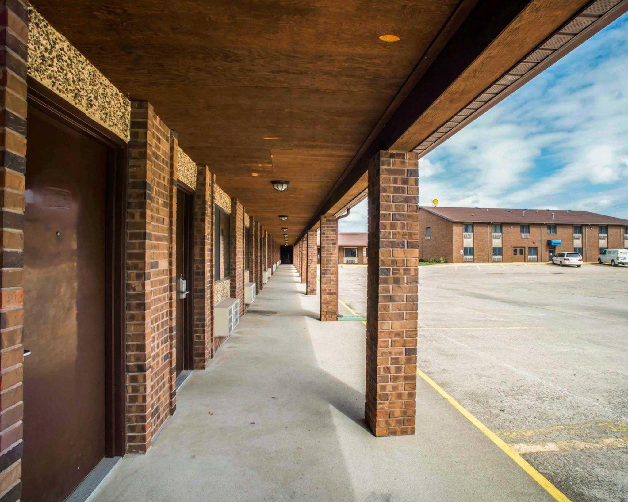 Econo Lodge Inn & Suites image 34