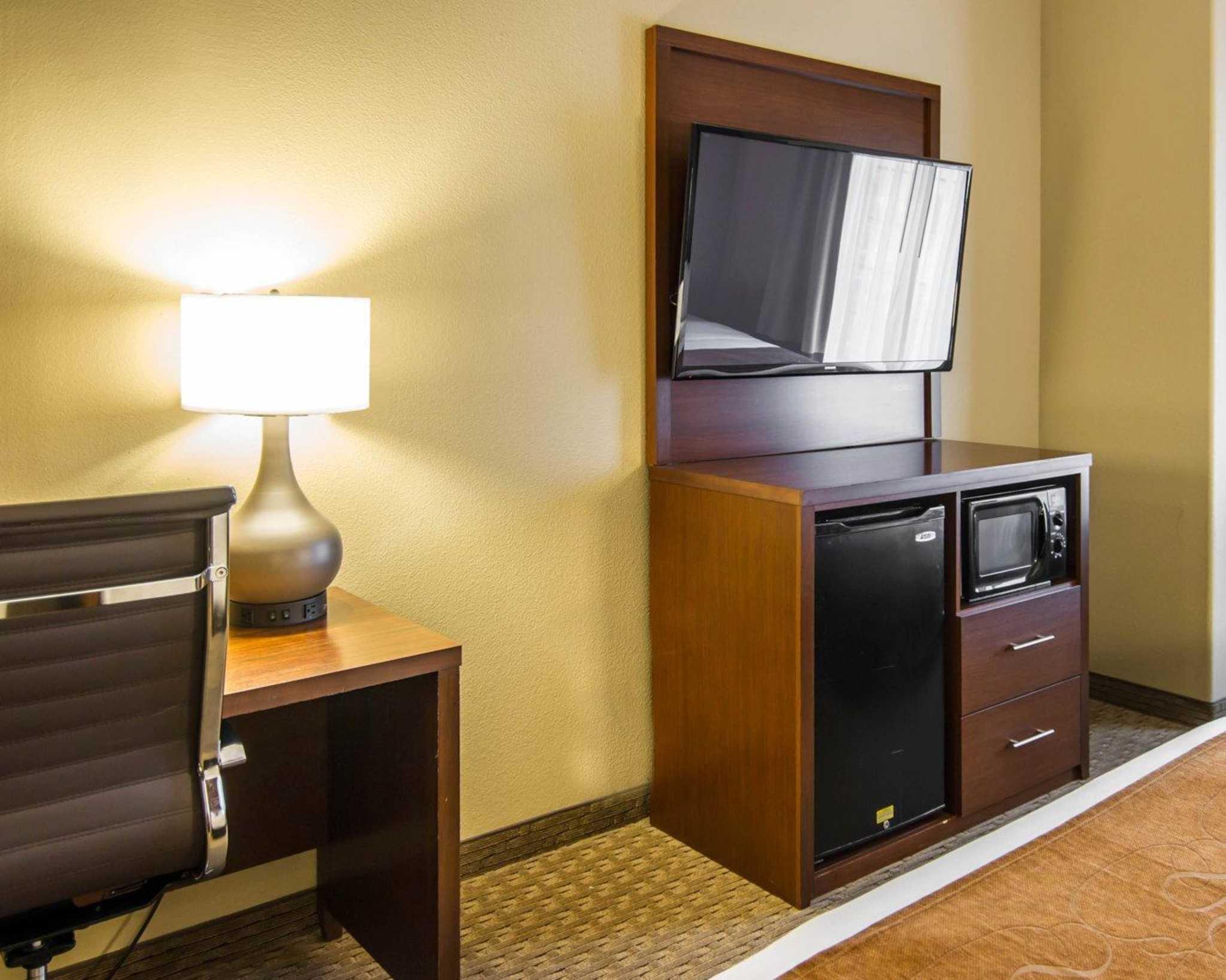 Comfort Suites Marshall image 22