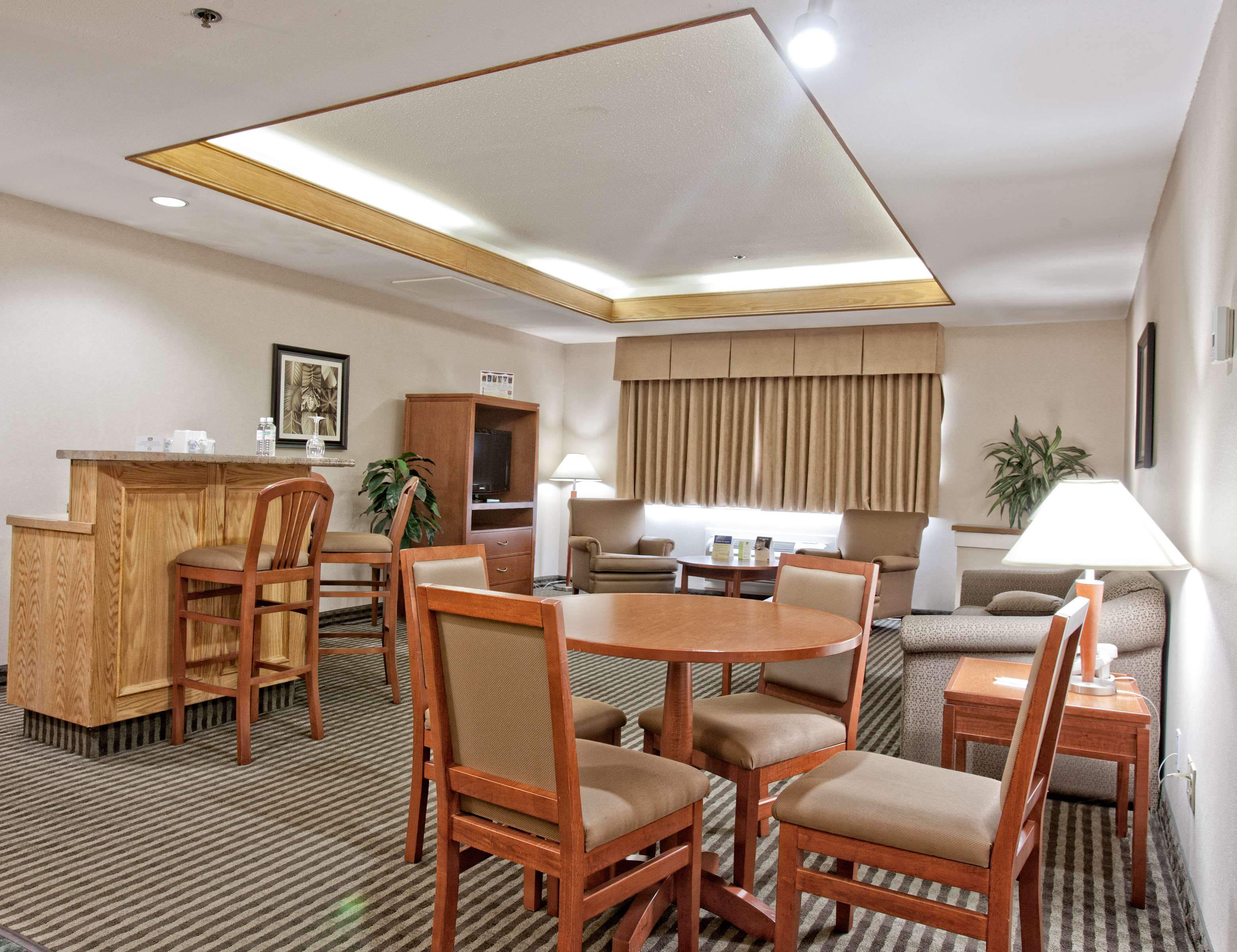 Best Western Rainbow Country Inn in Chilliwack: King Suite Living Area