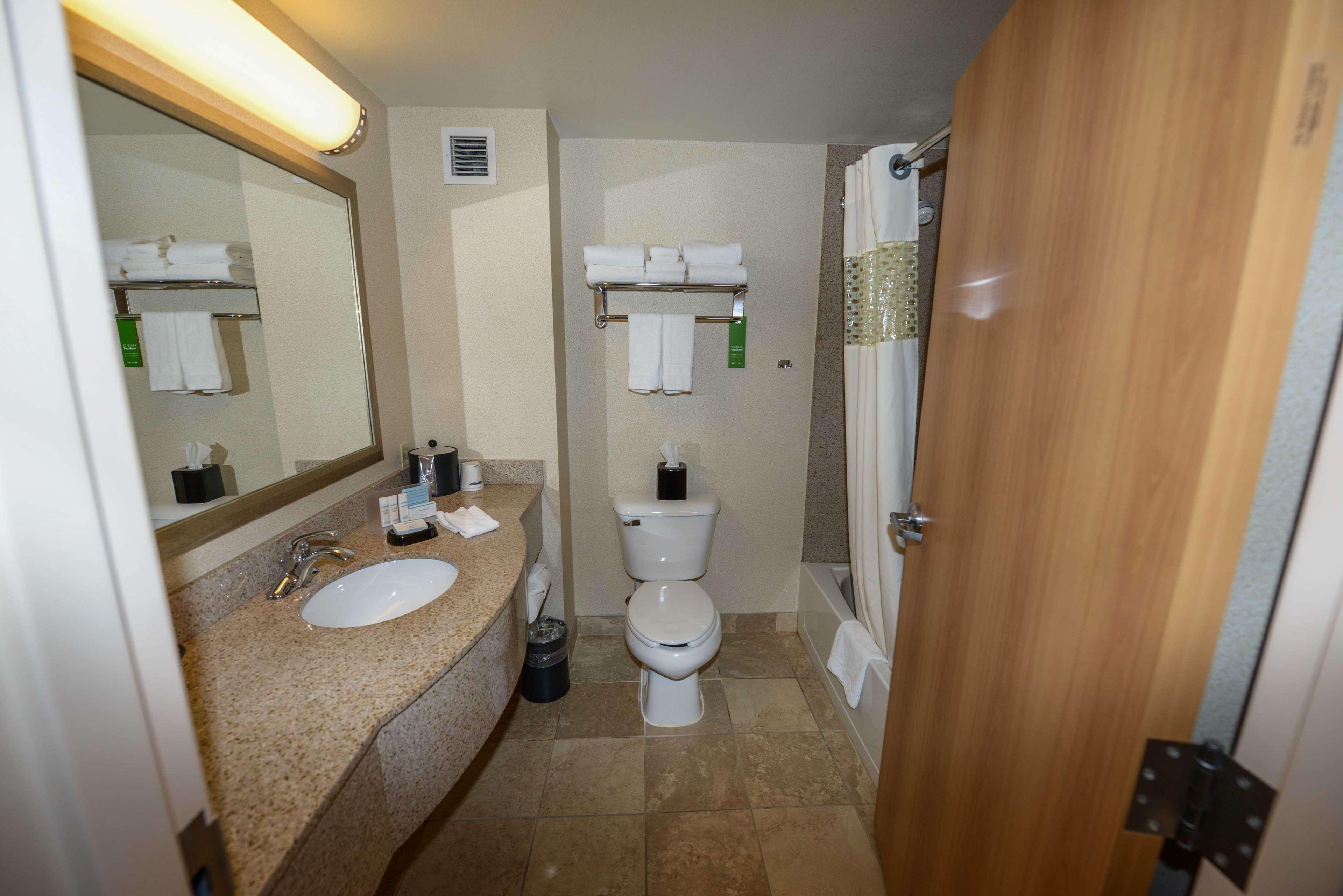 Hampton Inn & Suites Bremerton image 39