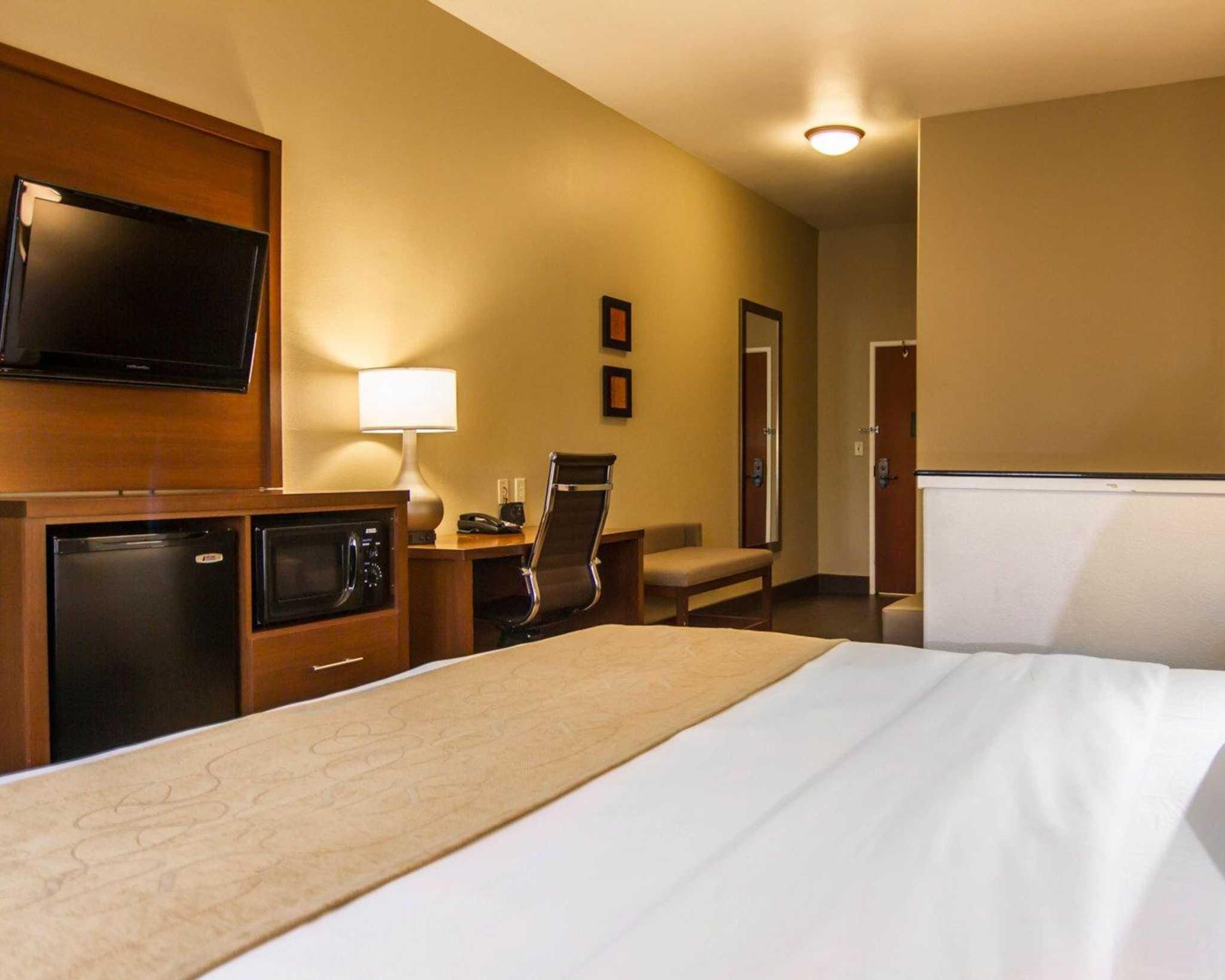 Comfort Suites Marshall image 29