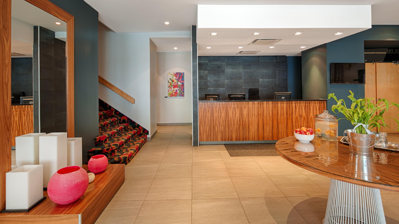 Best Western Plus Hotel Albert Rouyn-Noranda à Rouyn-Noranda: Front Desk