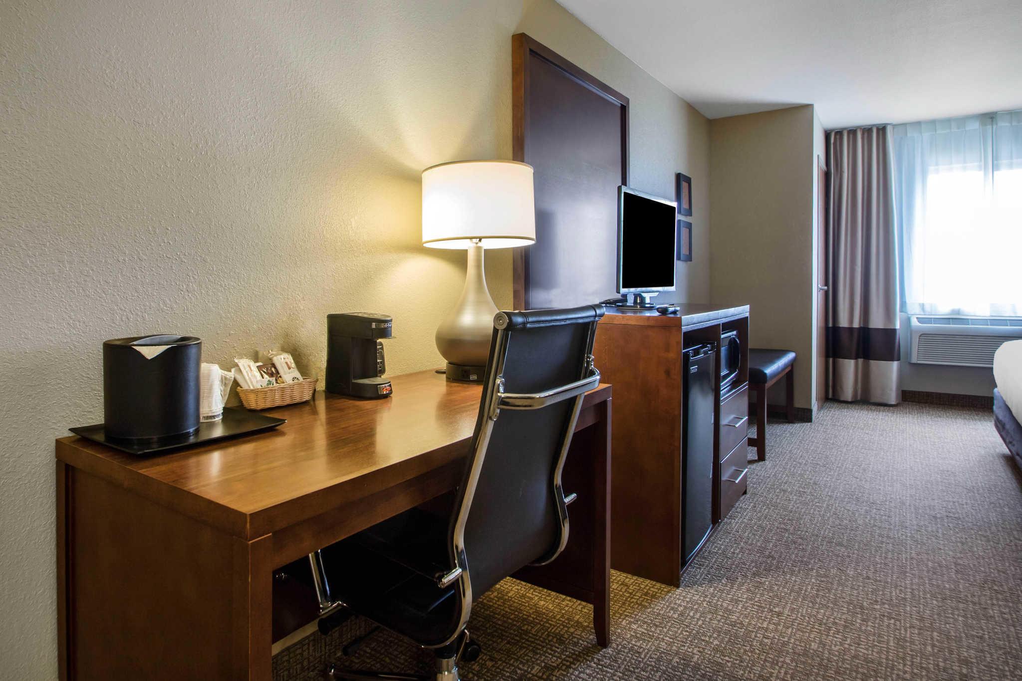 Comfort Suites Johnson Creek Conference Center image 6