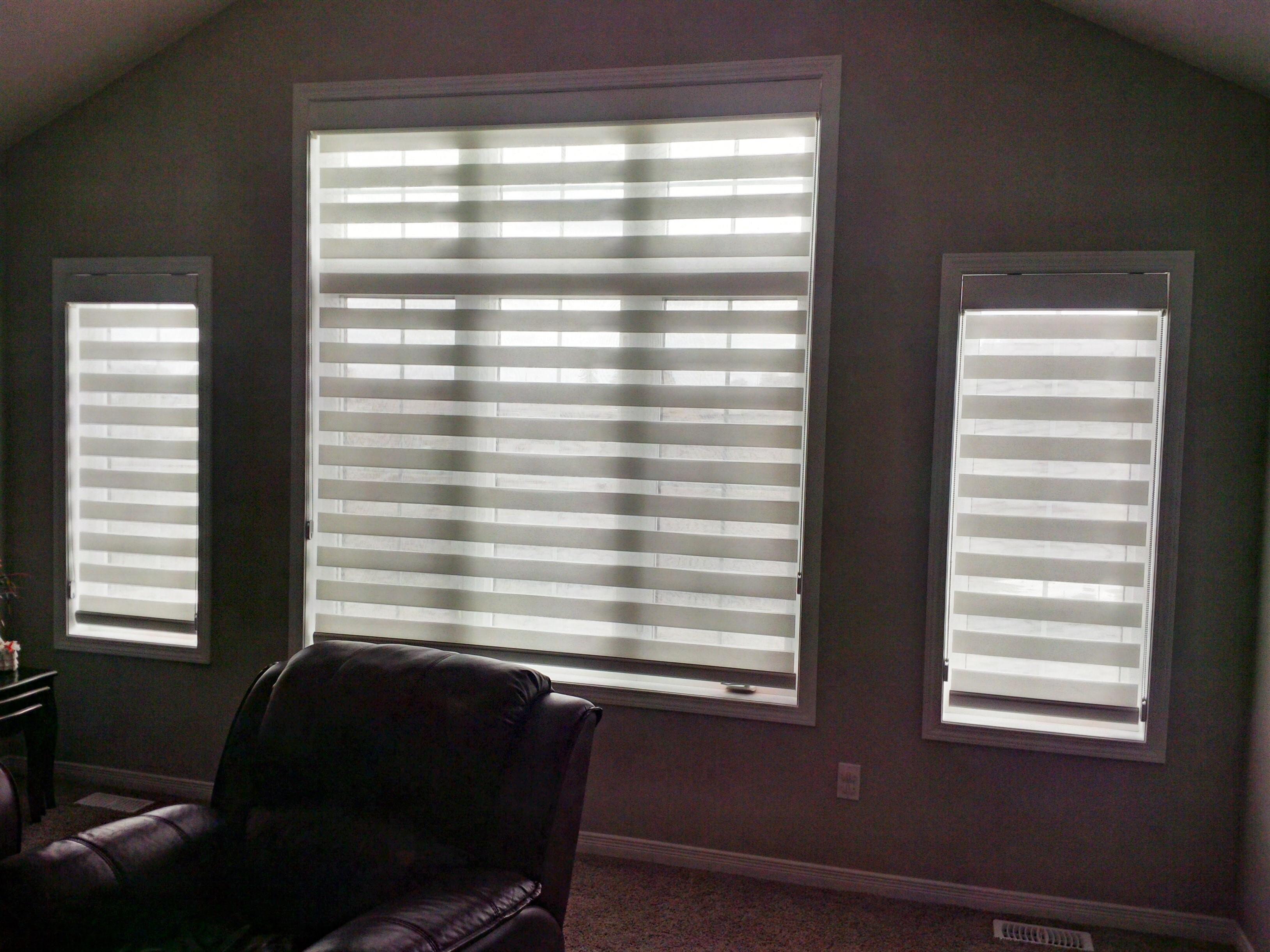 Budget Blinds à Waterloo: These shades are sometimes referred to as 'dual shades' because they really combine two fabrics in one: a soft sheer and a light-filtering privacy fabric.