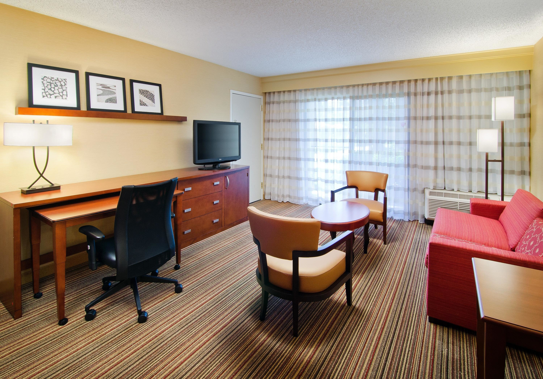 Courtyard Irvine John Wayne Airport/Orange County Suite Living Area