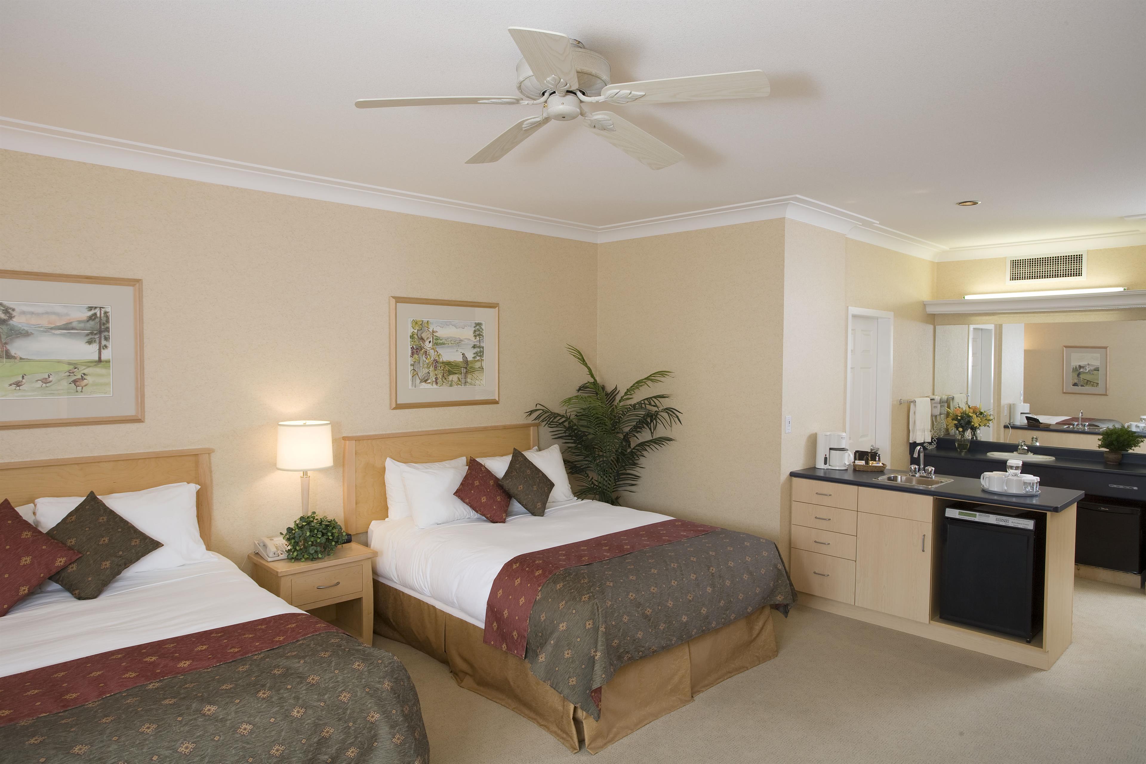 Best Western Plus Kelowna Hotel & Suites in Kelowna: Deluxe with 2 Queens & Wetbar