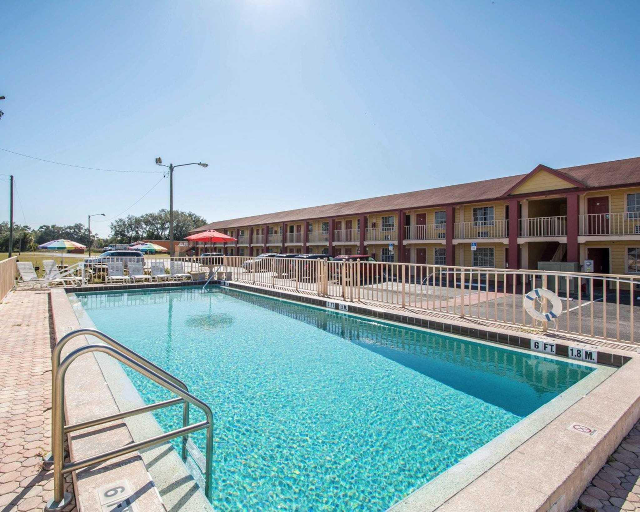 Econo Lodge  Inn & Suites Maingate Central image 0
