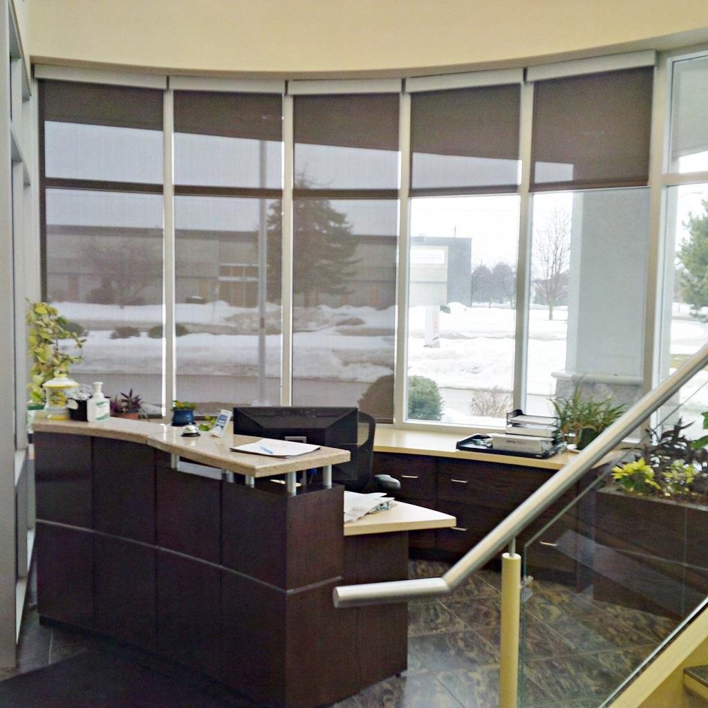 Budget Blinds à Waterloo: The receptionist in this north Waterloo office was having glare issues on her computer screen. Solar shades solved the issues .
