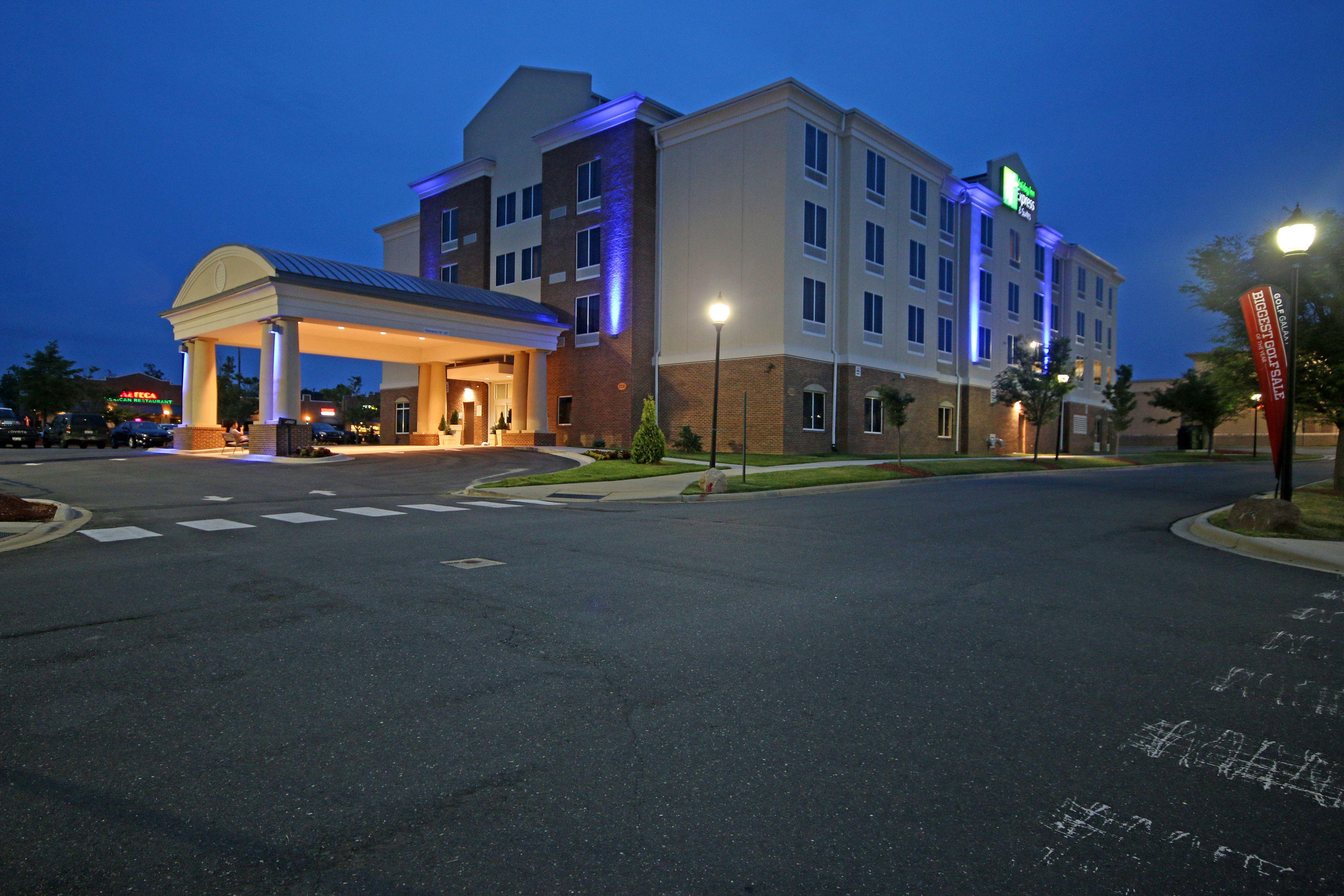 Holiday Inn Express & Suites Charlotte Arpt-Belmont image 5
