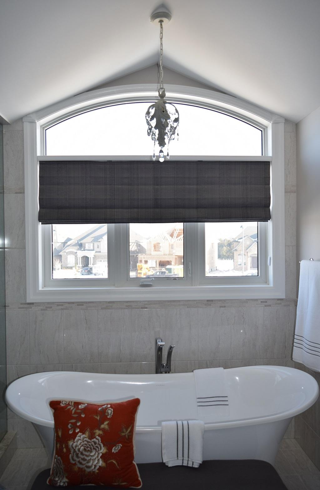 Budget Blinds à Waterloo: Elegant and contemporary, a knife-pleat roman shade was just what this Waterloo master ensuite called for.