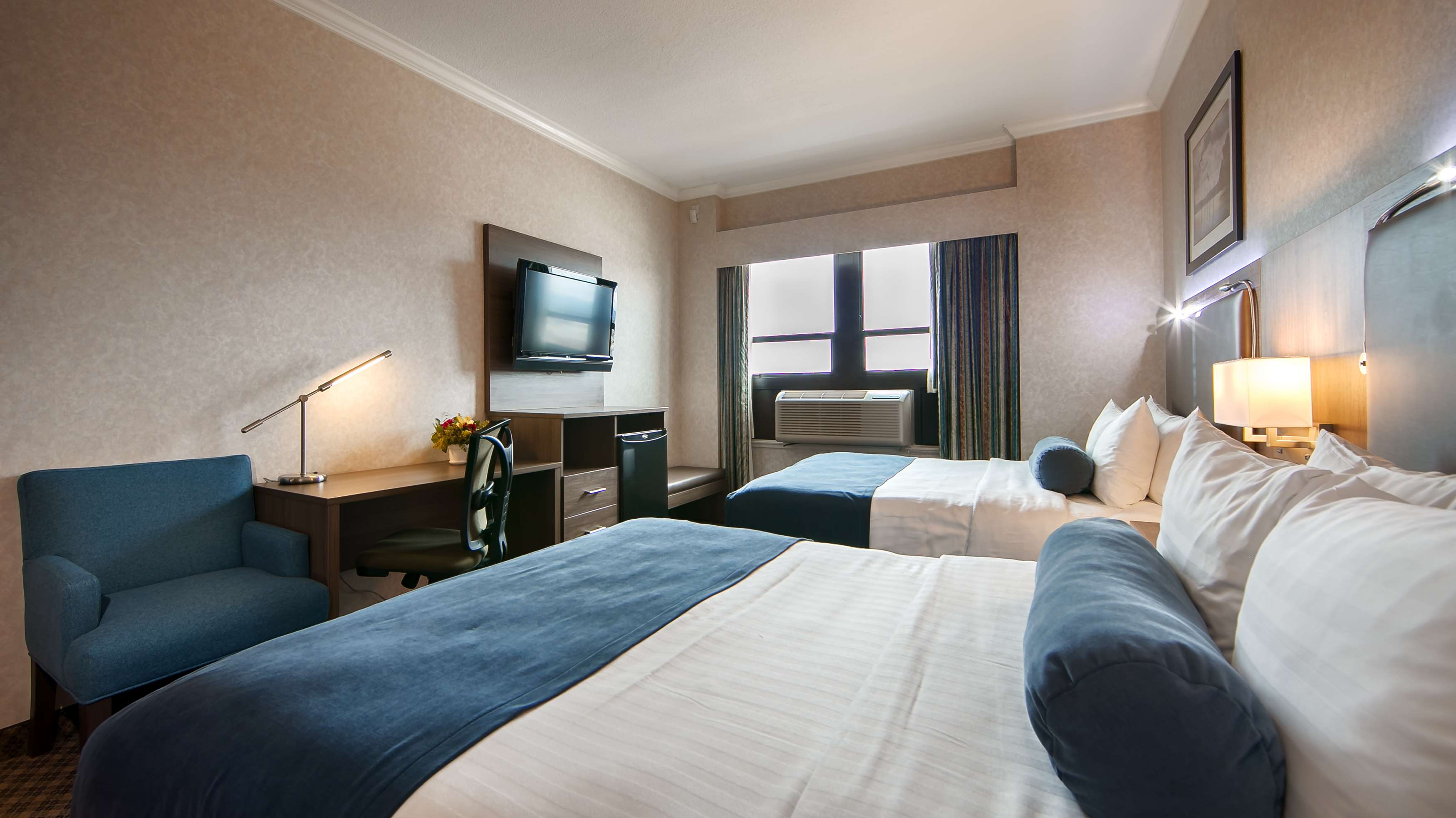Best Western Plus Carlton Plaza Hotel in Victoria: Traditional Two Queen Guest Room