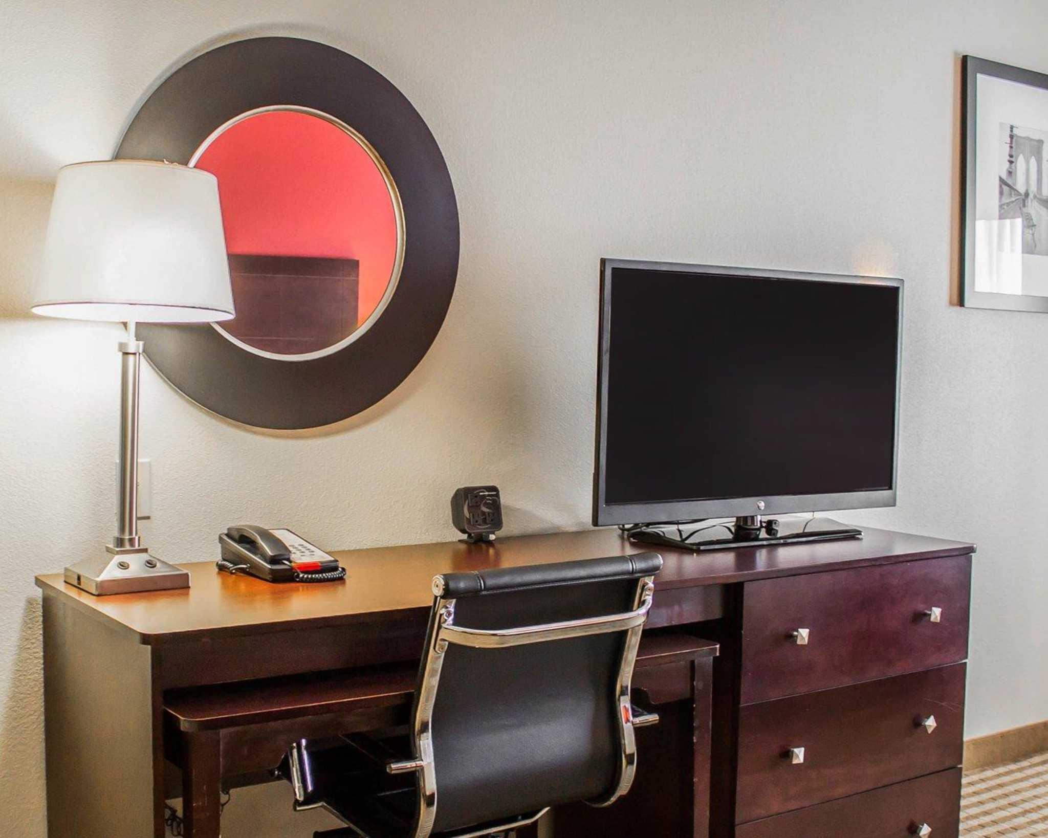 Comfort Suites East Broad at 270 image 27