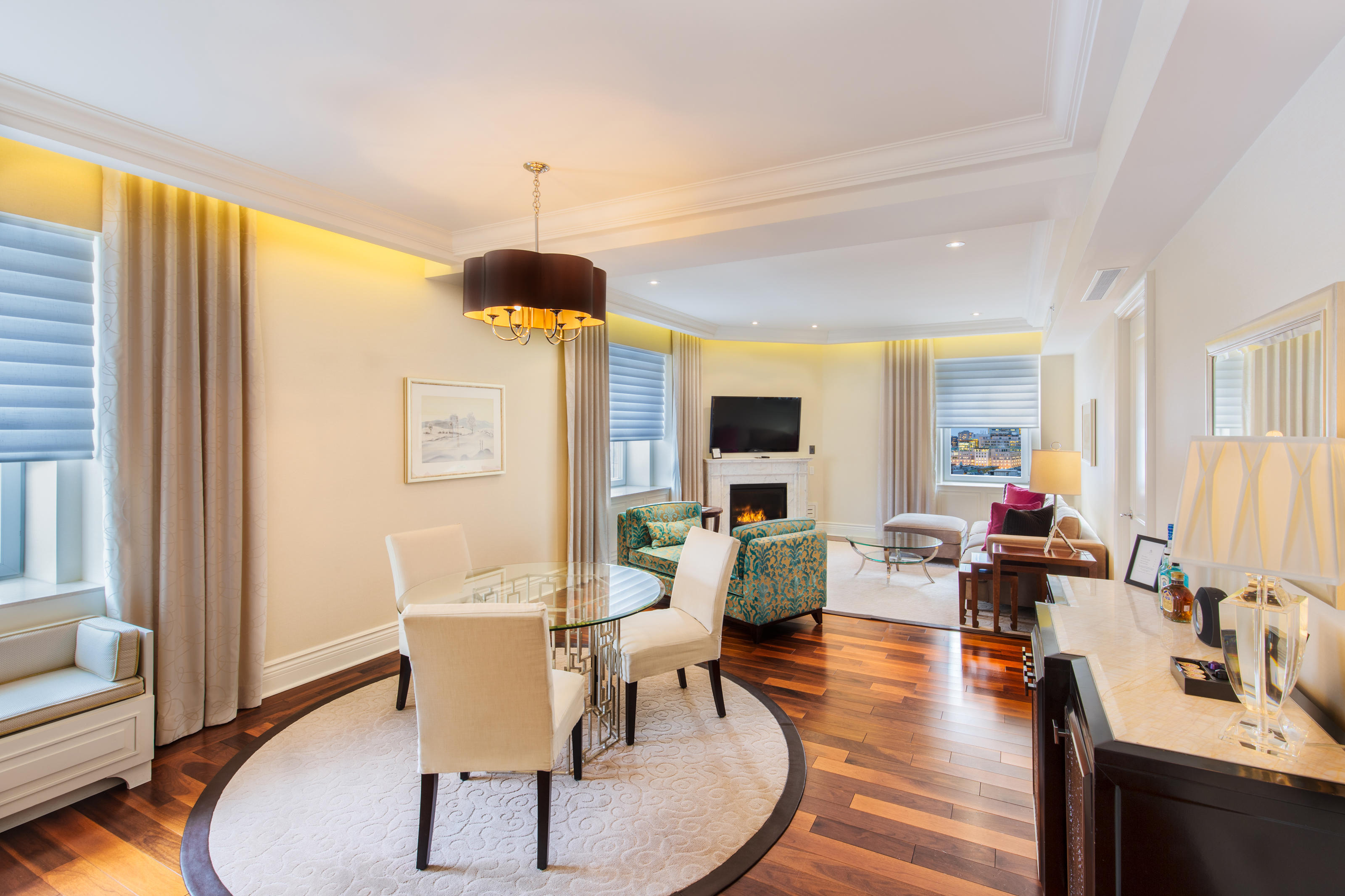 The Ritz-Carlton, Montreal à Montreal: Our exclusive upper-level Executive Suites are an unrivaled study in residential comfort, with both city and garden views. Featuring an expansive living area with an adjoining fi replace, these palatial suites also off er a separate dining area that seats up to four guests. The marble bathroom includes a heated floor, a soothing shower and luxurious Asprey bath products.
