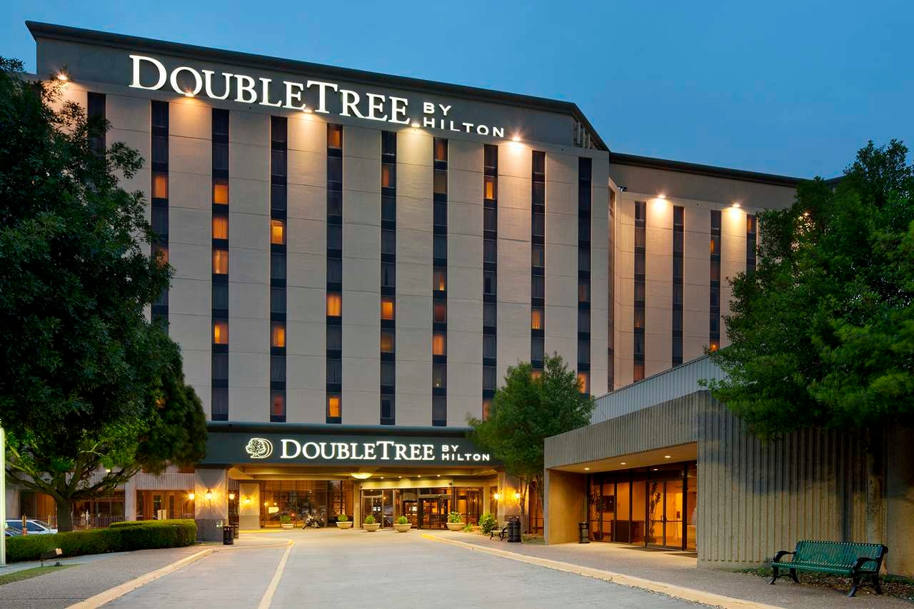 doubletree by hilton hotel dallas near the galleria in. Black Bedroom Furniture Sets. Home Design Ideas