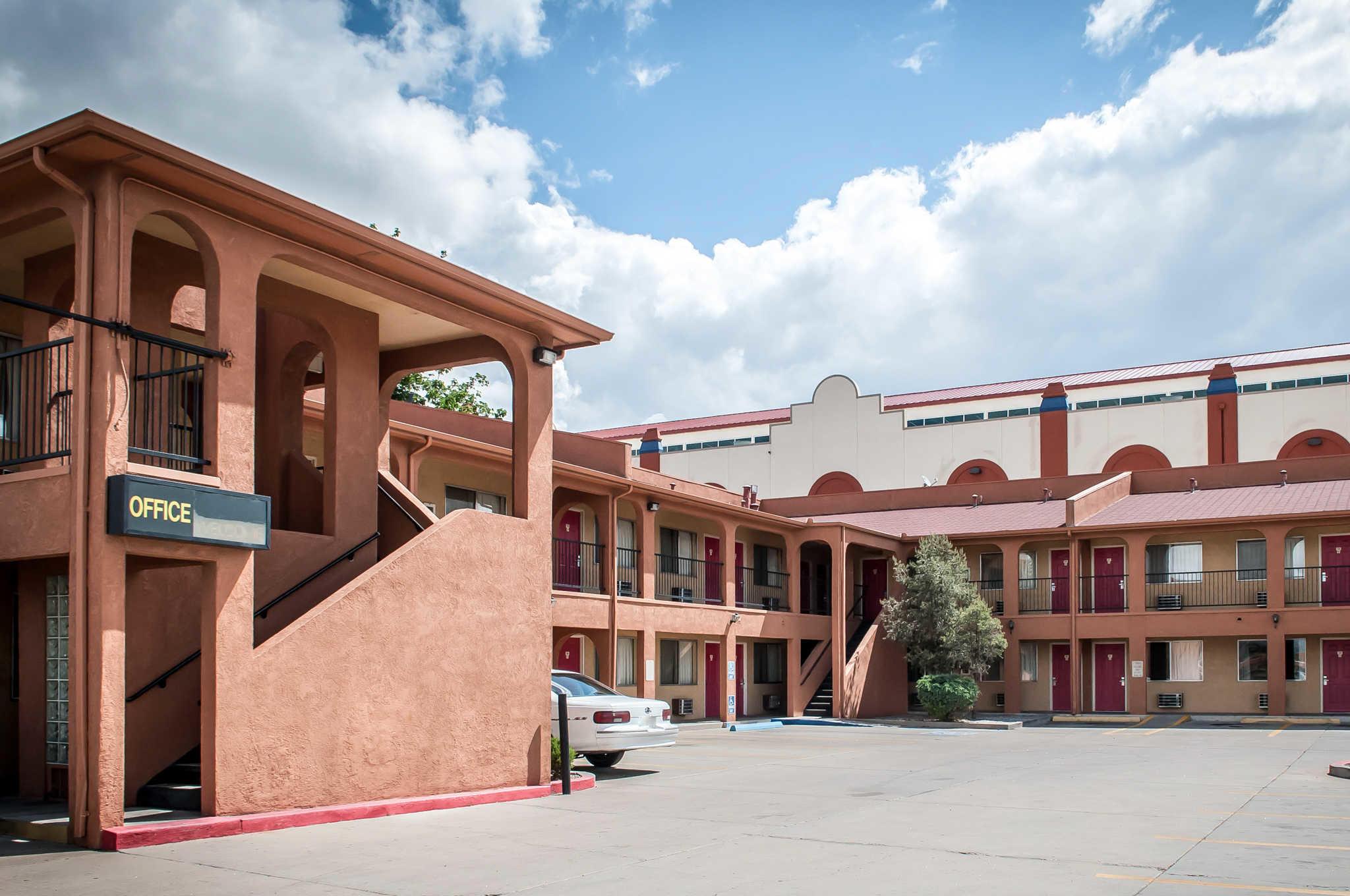 Econo Lodge Midtown image 0