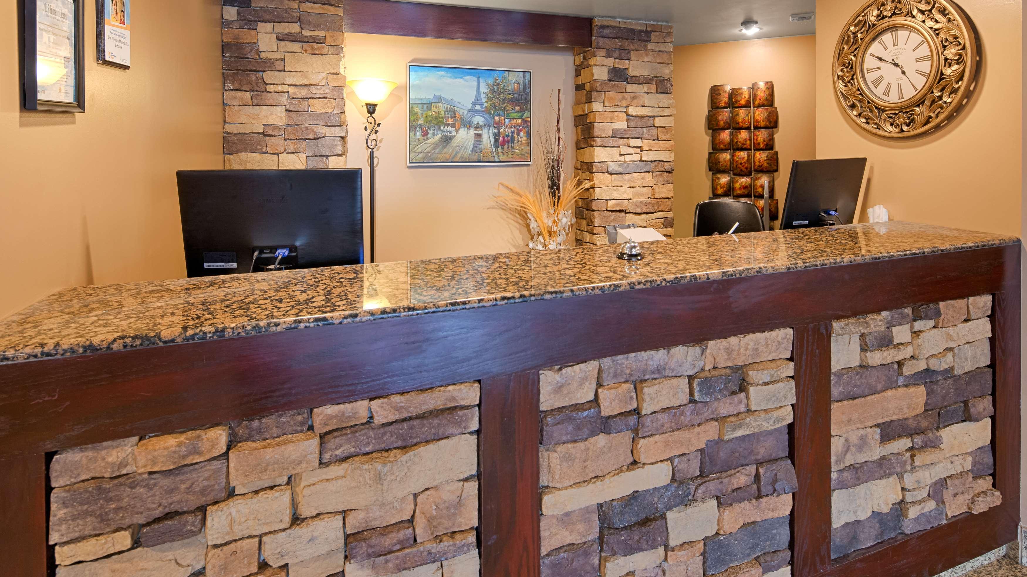 Best Western Marquis Inn & Suites in Prince Albert: Front Desk