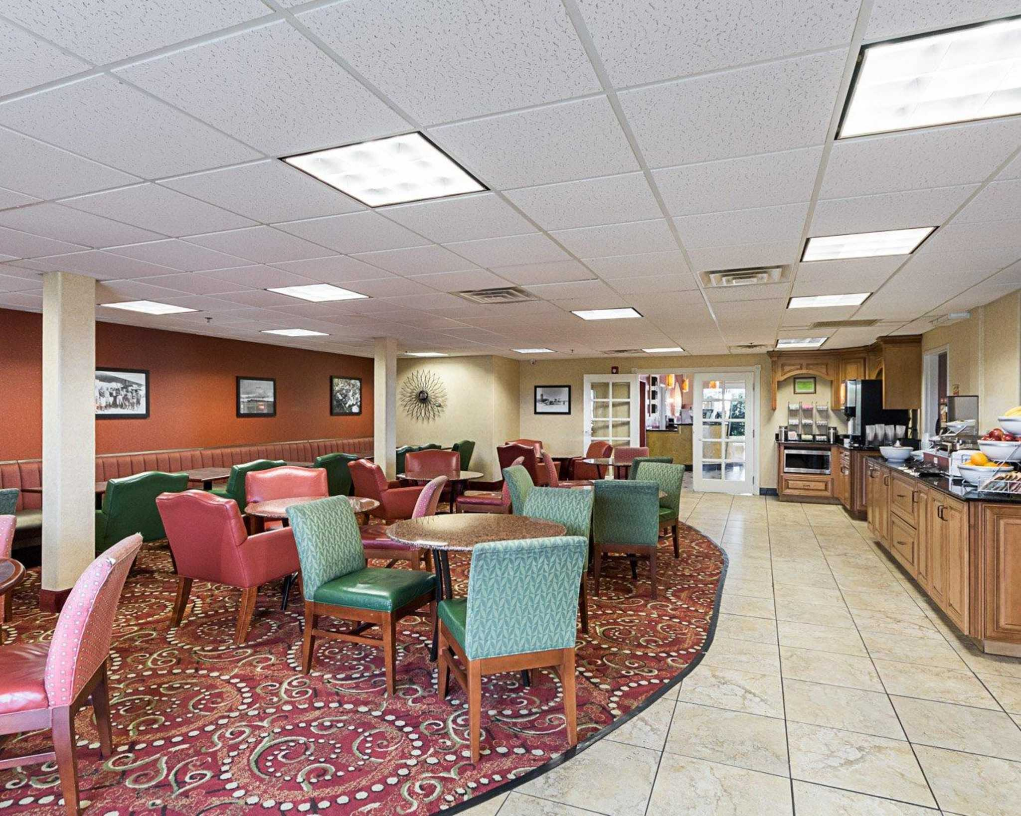 Comfort Suites Airport image 16
