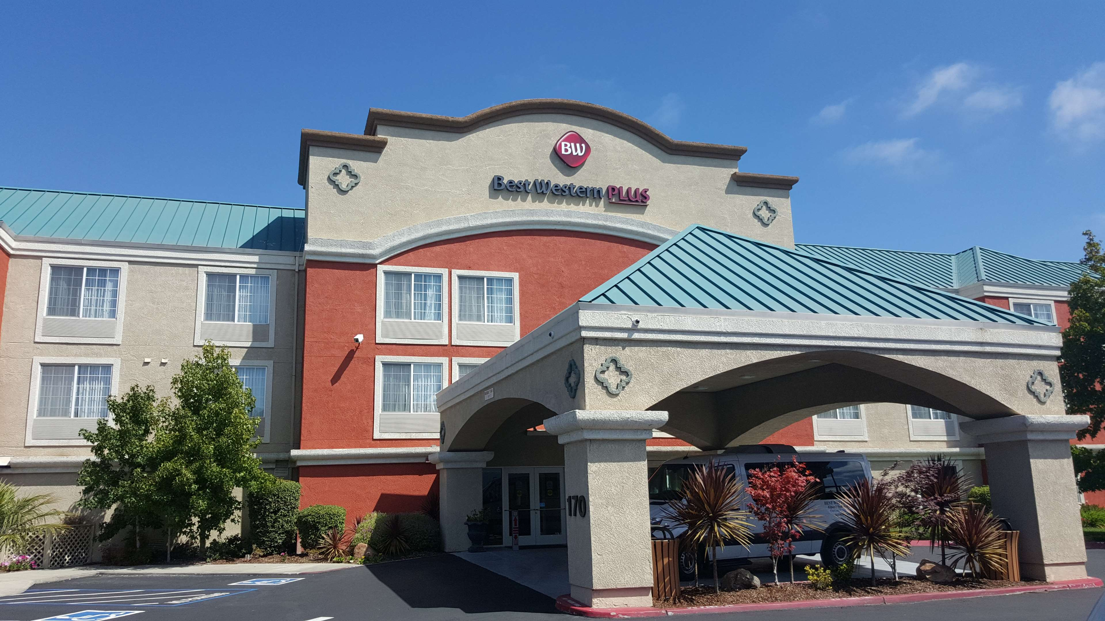 Best Western Plus Airport Inn & Suites image 0
