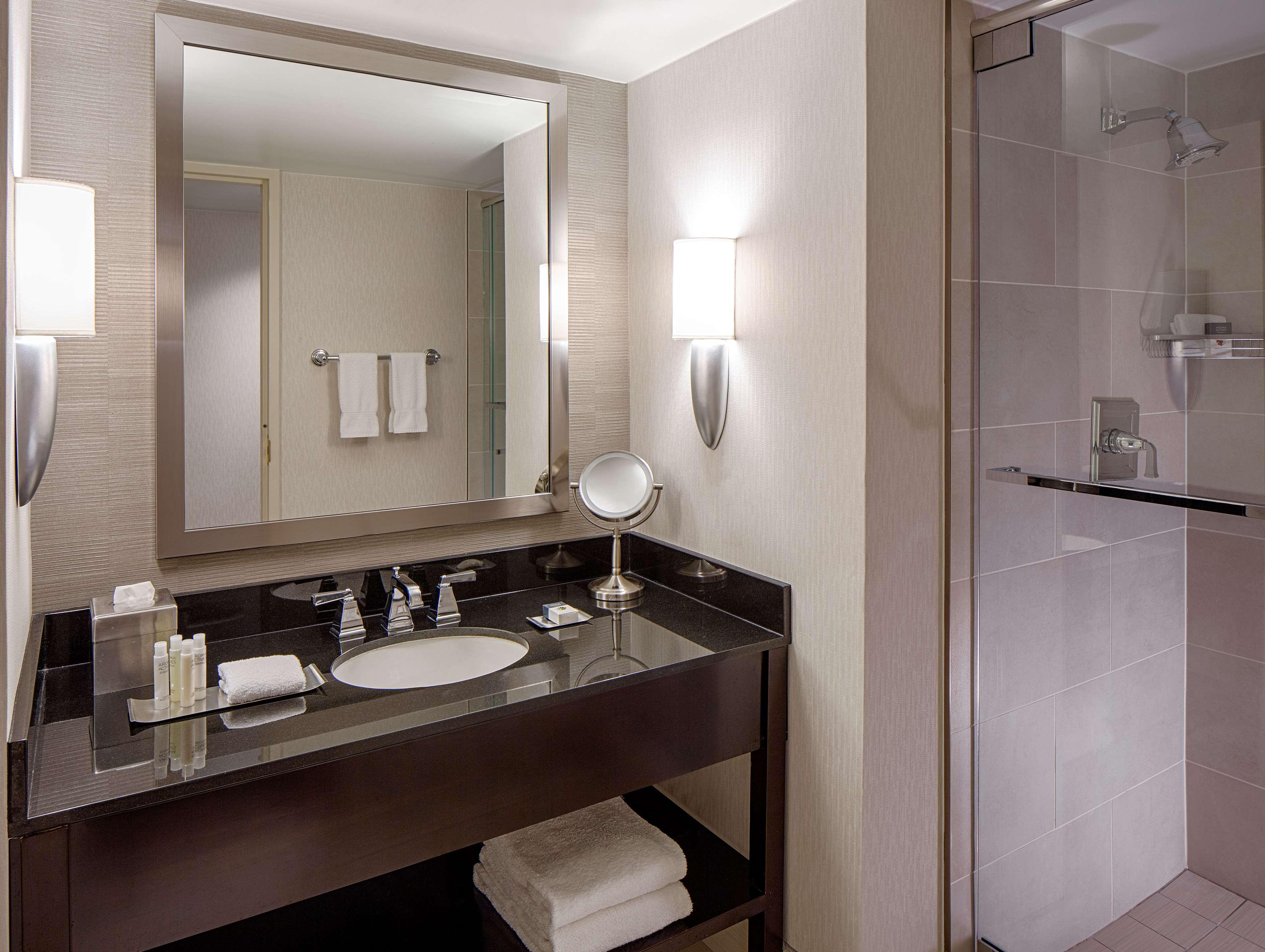 DoubleTree by Hilton Hotel Houston - Greenway Plaza image 19