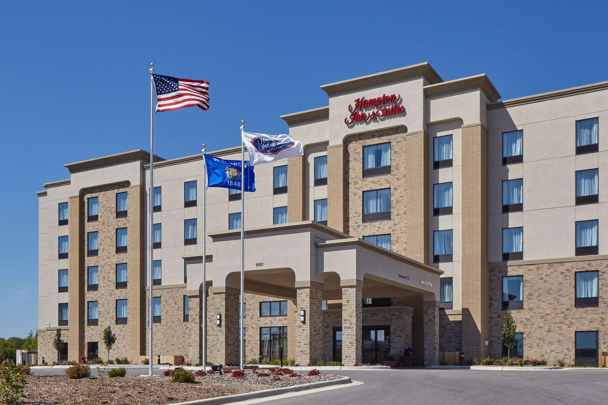 Hampton Inn & Suites Milwaukee/Franklin image 0