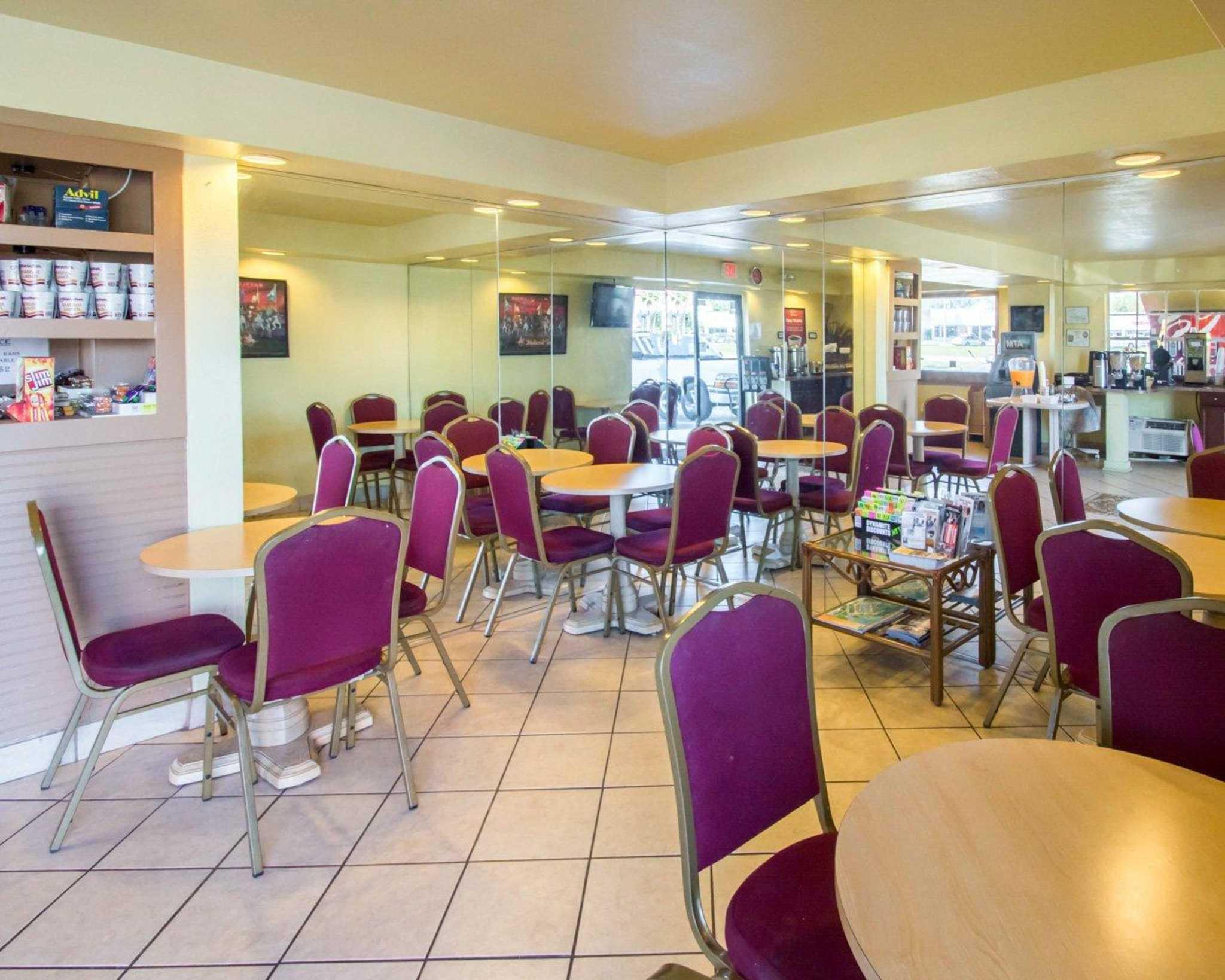 Econo Lodge  Inn & Suites Maingate Central image 13
