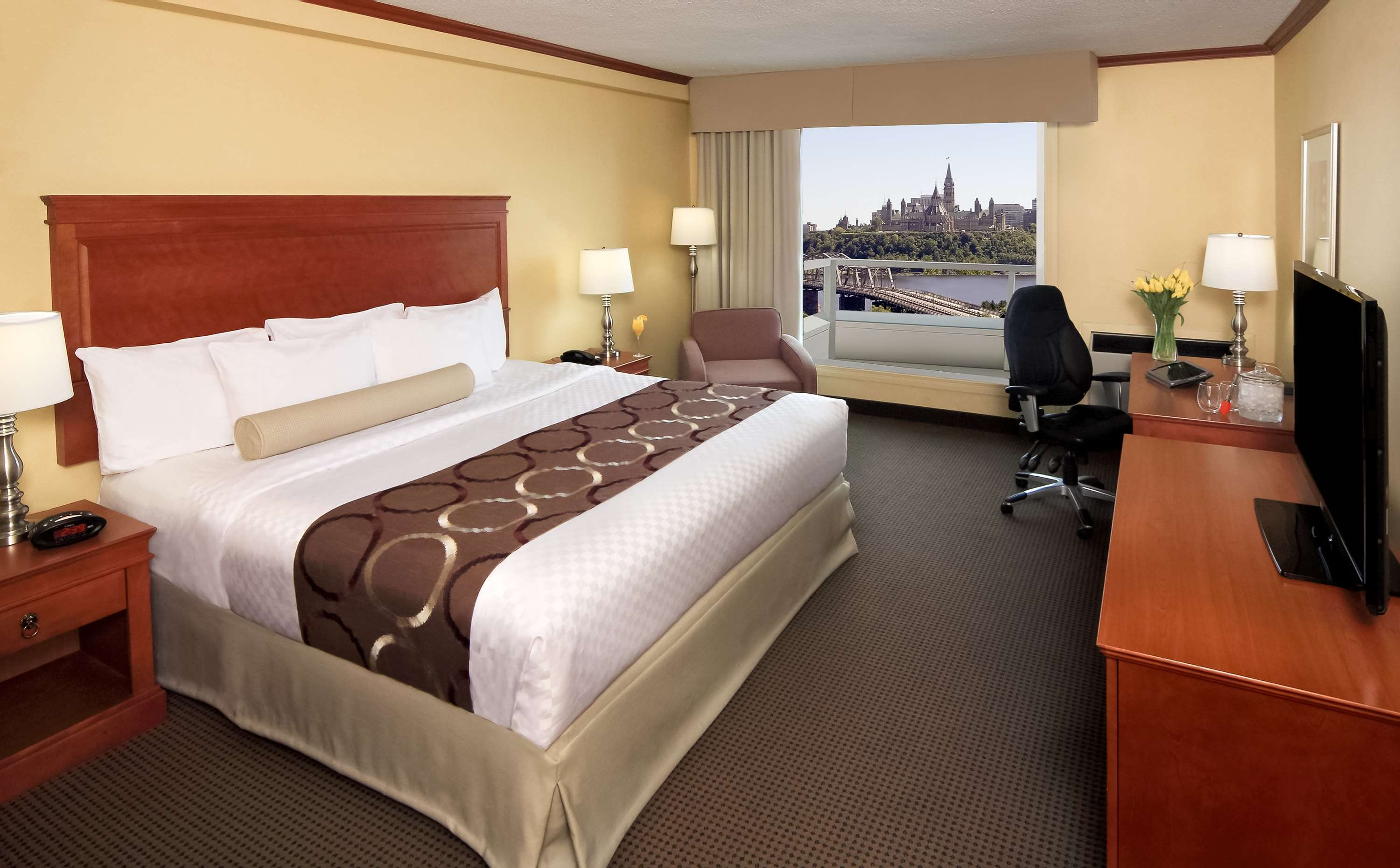 Best Western Plus Gatineau-Ottawa à Gatineau: Executuve King Bed Room Parliament View with Balcony