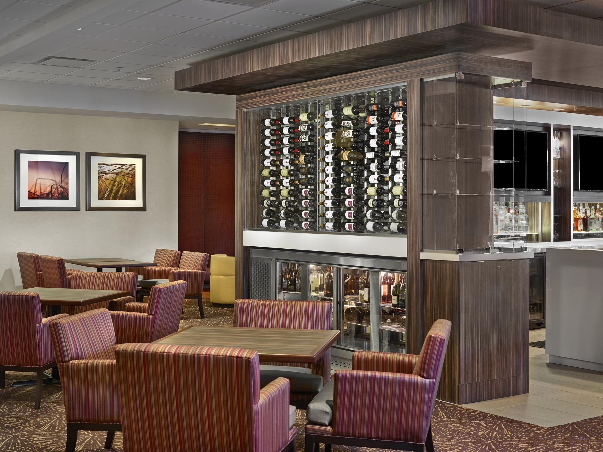 DoubleTree by Hilton Hotel West Edmonton in Edmonton: Stages Bar Seating