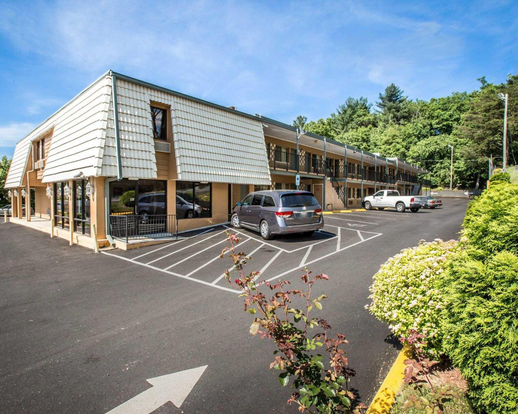 Econo Lodge Biltmore image 4