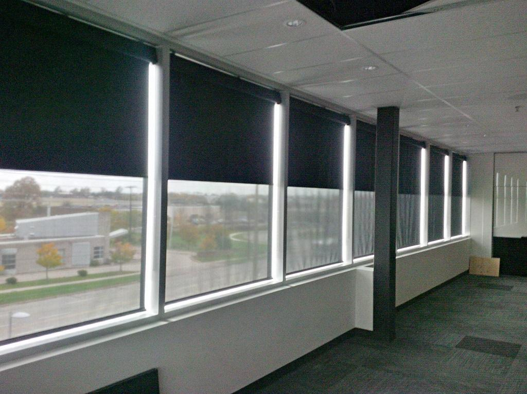 Budget Blinds à Waterloo: This Waterloo client needed general light control for their boardroom as well as the ability to darken the room significantly for projector presentation. This dual fabric option was the perfect solution.