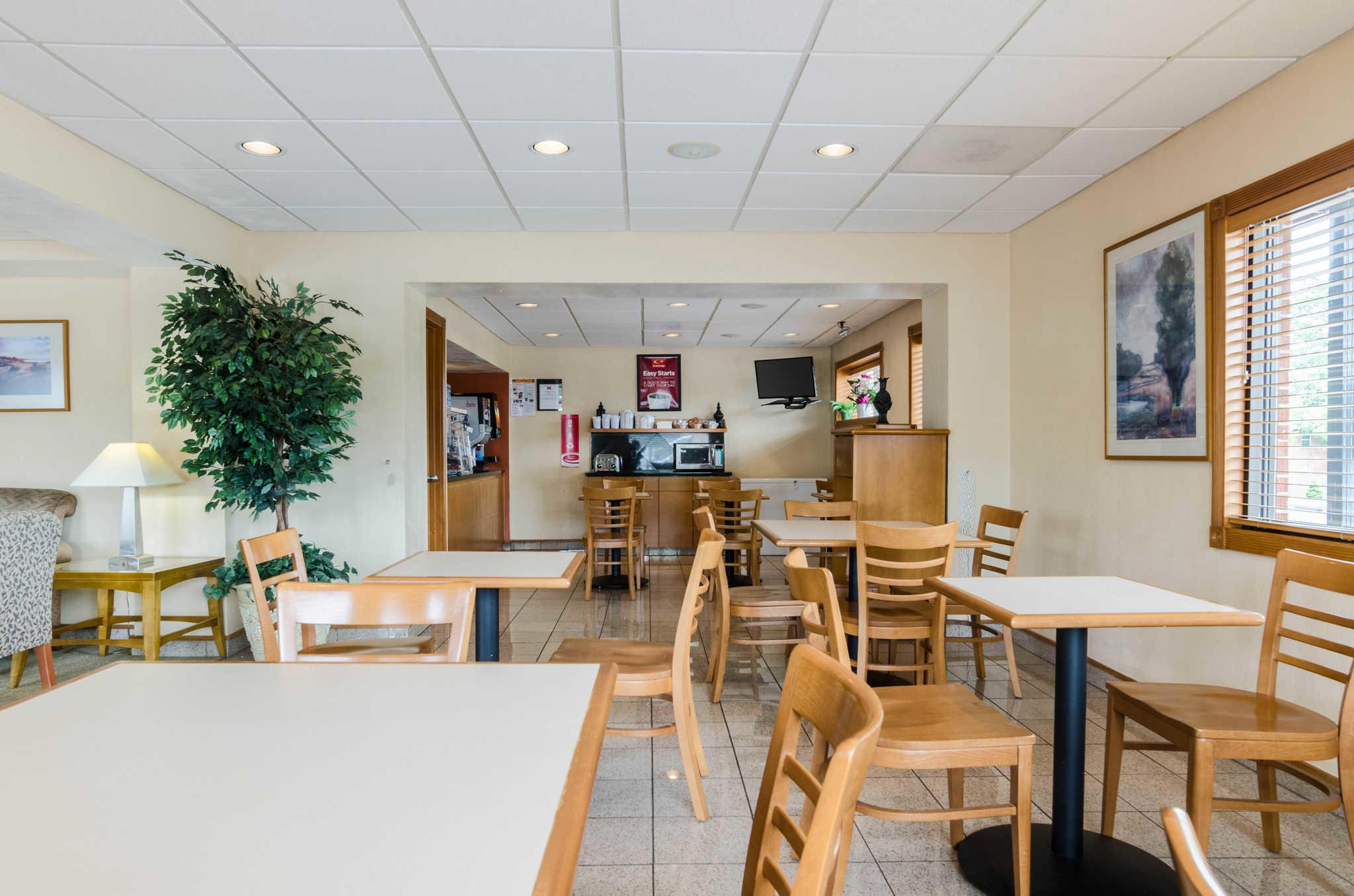 Econo Lodge  Inn & Suites I-35 at Shawnee Mission image 34