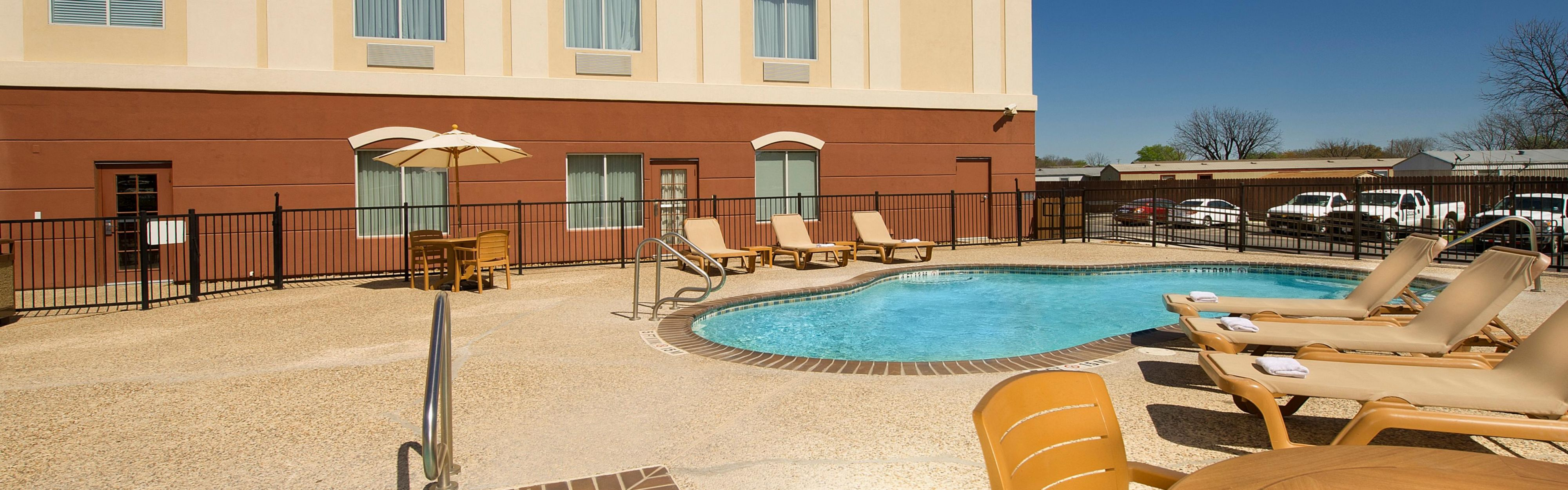 Holiday Inn Express & Suites Uvalde image 2