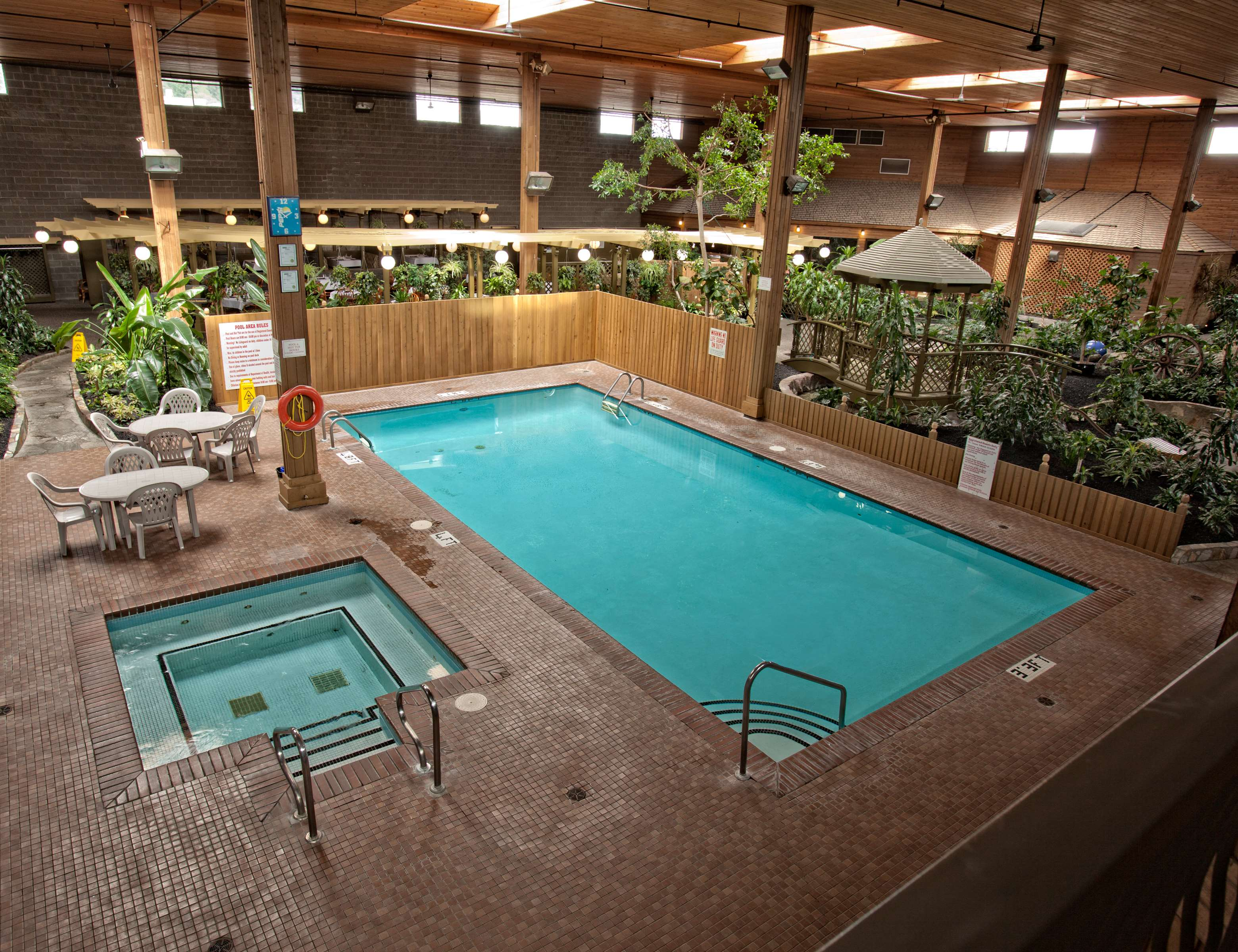 Best Western Rainbow Country Inn in Chilliwack: Indoor Pool and Hot Tub in Tropical Atrium Gardens