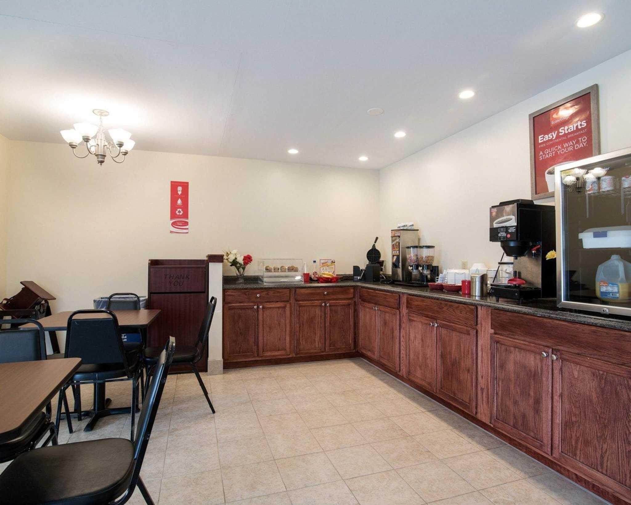 Econo Lodge Inn & Suites image 25